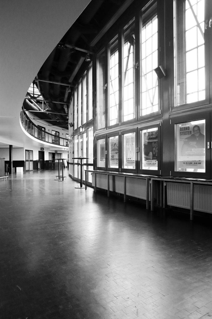 Ringlokschuppen Ruhr. Das Gebäude wurde 1992 im Rahmen der Landesgartenschau NRW (MüGa) zur Kultur- und Begegnungsstätte umgebaut.