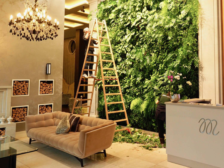 Vertikaler Garten. Das üppige Grün an der Stirnwand der Lobby unterstreicht das Bemühen um nachhaltiges Bauen, von der Fußbodenheizung bis zur Dreifachverglasung.