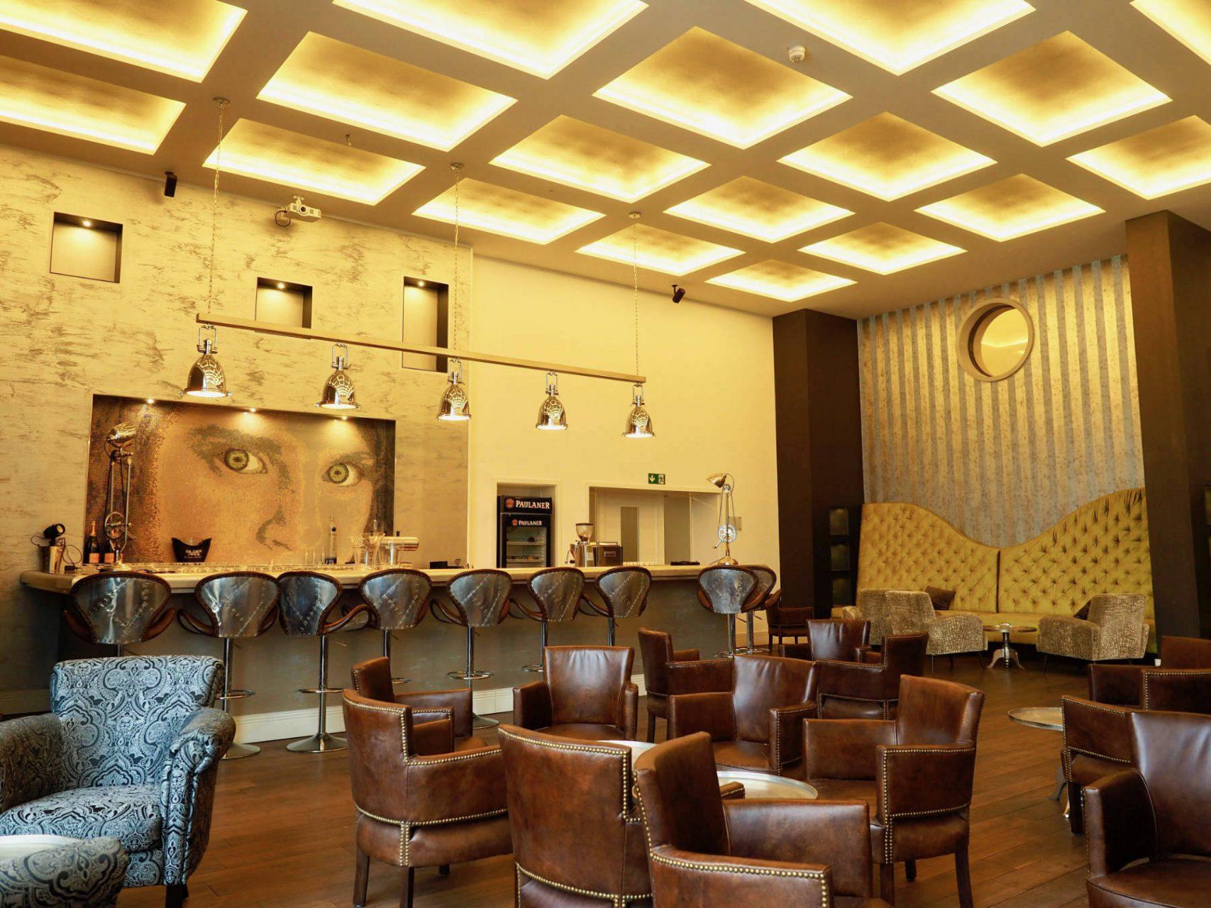 Clubatmosphäre. Das Konzept für die Bar ist eine Mischung aus Drinks und Snacks mit Events wie Life-Musik oder Sport und Kino auf der Großleinwand.