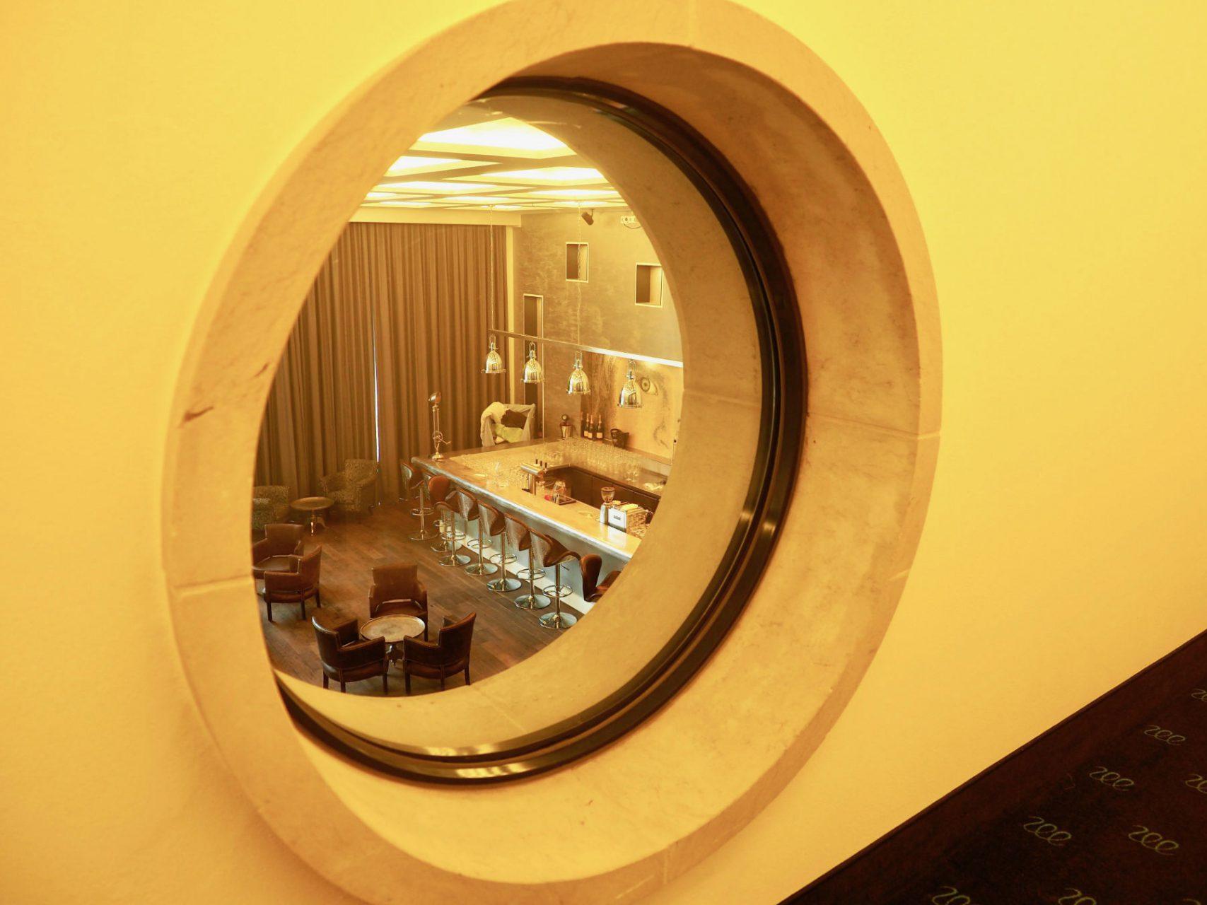 Architektonisches Zitat. Teile der alten Baupläne sind erst jüngst wieder aufgetaucht. Der Entwickler von Prora Solitaire behalf sich mit intensivem Studium der Baurelikte und Fotos, die der Kölner Hugo Schmölz bis 1938 gemacht hat. Eines der Ergebnisse ist das innen wie außen wieder verwendete Bullauge.