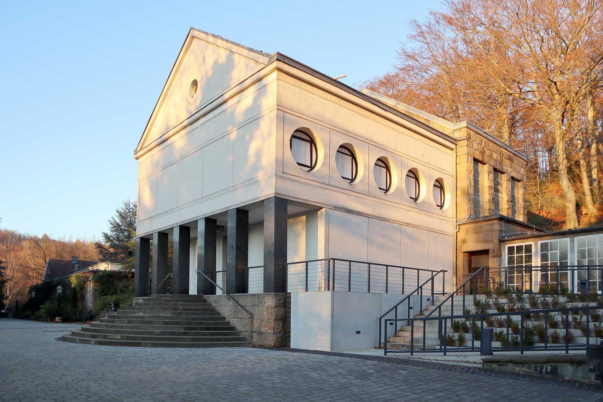 Eduard-Müller-Krematorium. ... wurde bei seiner Fertigstellung vielbeachtet und gilt mit seiner geometrisch-schlichten Form mit dem Kaminturm als gelungenes Beispiel der frühen Moderne.