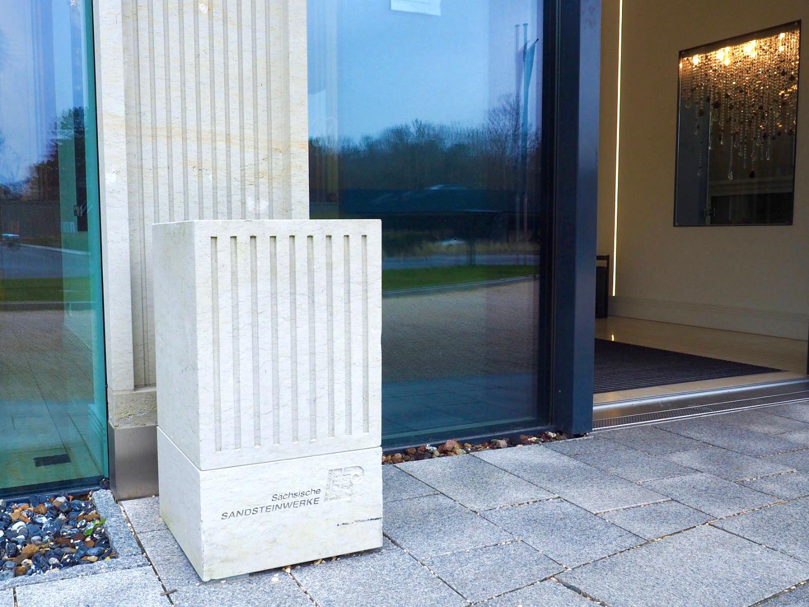 Baugeschichte. Die sächsischen Sandsteinwerke in Pirna, die einst Material für die KdF-Bettenhäuser geliefert haben, waren bei Prora Solitaire für Pilaster und Faschen, die Rahmen um die Öffnungen der Fenster und Türen, wieder gefragt.