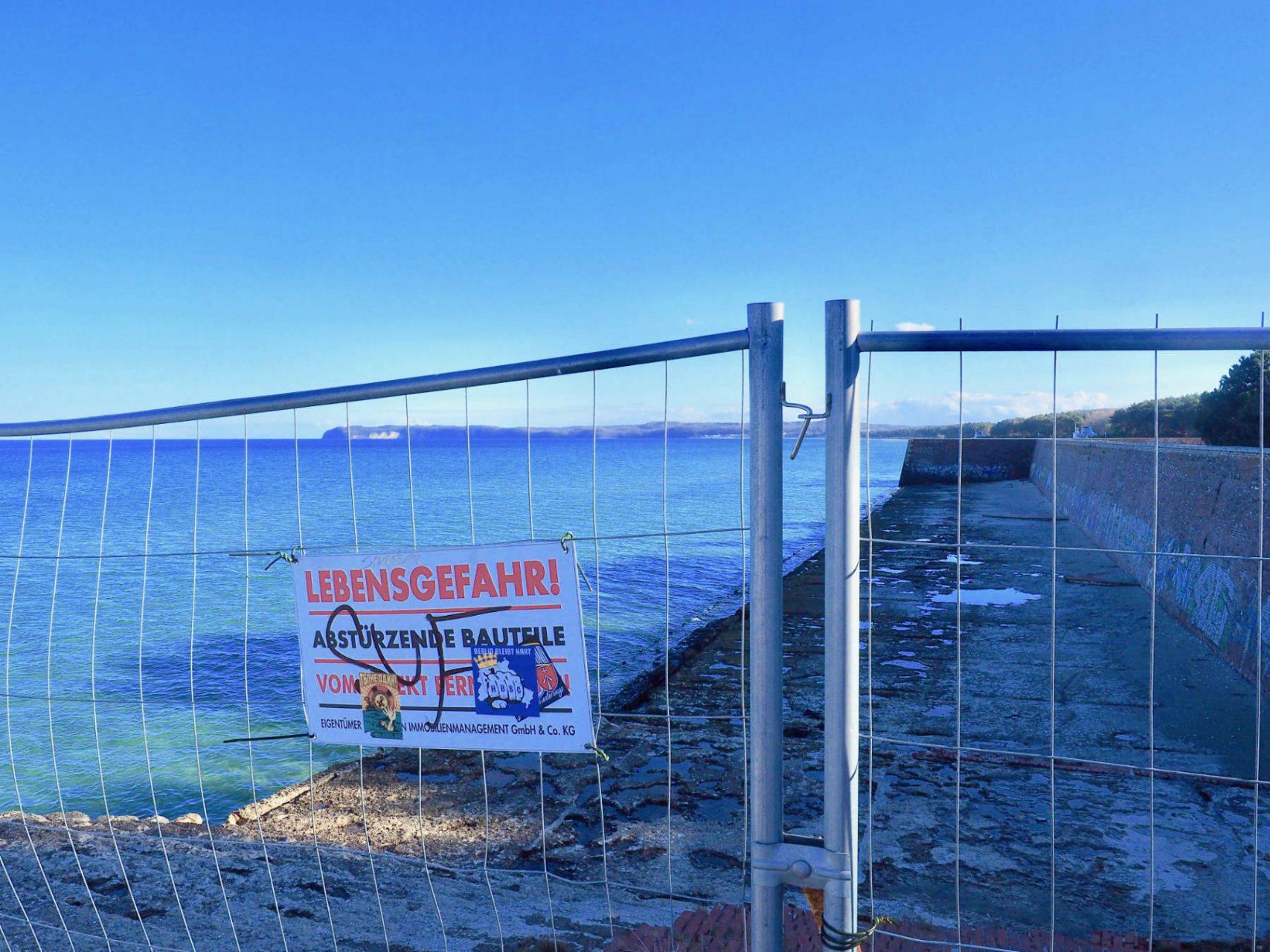 """Seebrücke. Kein """"Kraft durch Freude""""-Dampfer machte je hier fest, die Anlegestelle kam über den Rohbau nie hinaus. Die Gemeinde Binz denkt über den Bau eines Yachthafens mit Schiffsanleger nach."""