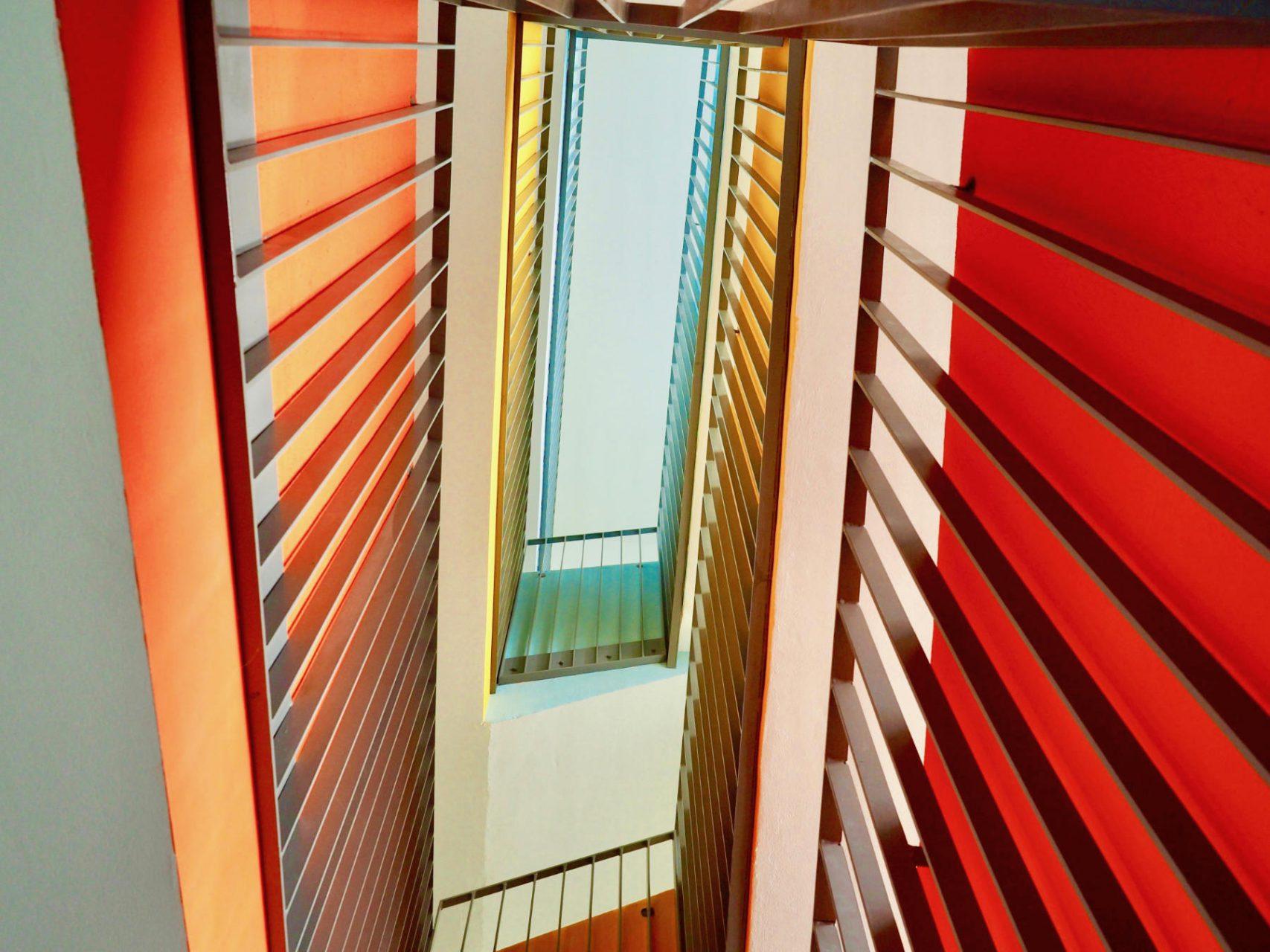 Farbenspiel. Knapp hundert Zimmer mit zwei bis sechs Betten verteilen sich auf die Etagen, die sich durch ein Farbsystem unterscheiden.