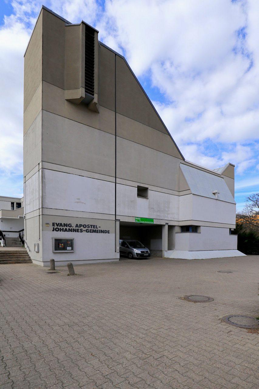Die Ev. Apostel-Johannes-Kirche. wurde 1971 fertiggestellt hat zahlreiche, öffentlich genutzte Räume z. B. für Kinder- und Seniorenkreise. Dies entspricht der sozial-karitativen Intention des Gemeindezentrums. Die Architekten Neumann, Plessow und Grötzebach gelten als Baumeister, deren Bauten sich durch einen sensiblen Bezug zum städtebaulichen Kontext auszeichnen, z. B. der Block 100 in Kreuzberg oder auch das Gemeindezentrum Plötzensee.