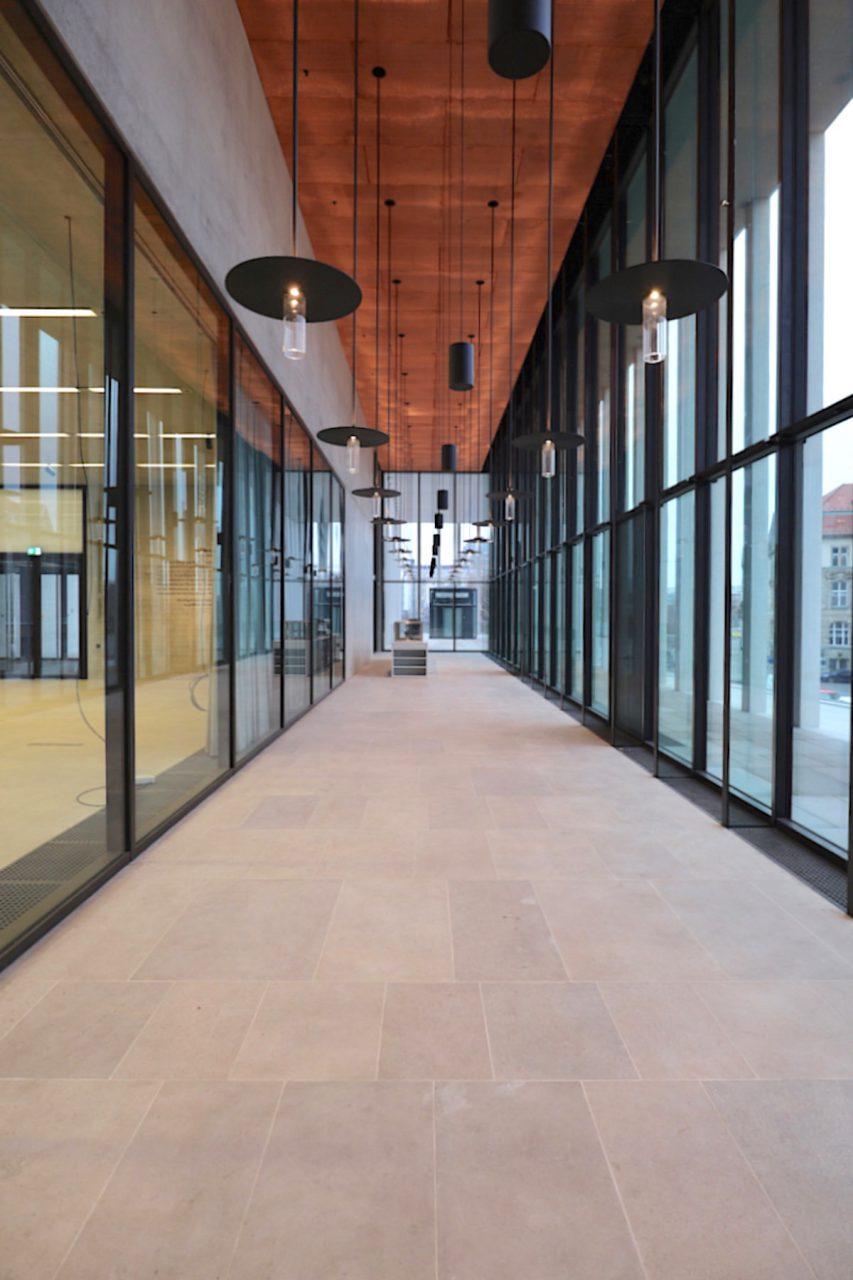 James-Simon-Galerie. Der Gastronomiebereich mit Zugangsmöglichkeit zur Außenterasse (rechts).