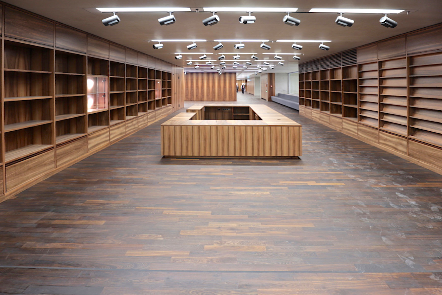 James-Simon-Galerie. ... mit Einbauten aus französischem Nussbaum. Hier der künftige Museumsshop.