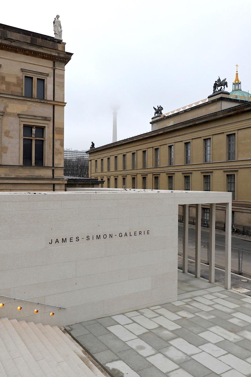James-Simon-Galerie. Über der Freitreppe befindet sich das Auditorium. Die Stufen benötigten eine spezielle Unterkonstruktion, um Schallübertragungen zu vermeiden.