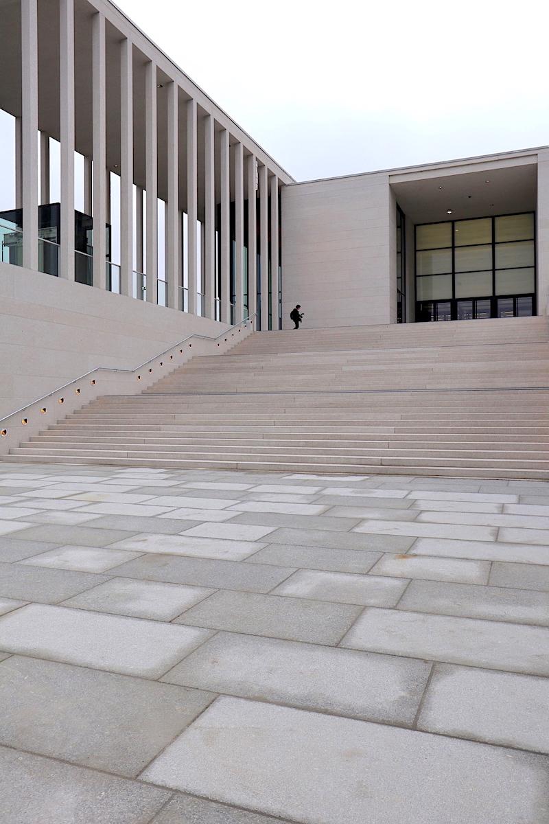 James-Simon-Galerie. Durch die reduzierte Materialität mit Betonwerkstein mit Natursteineinschlüssen wirkt das Gebäude außen monolithisch.