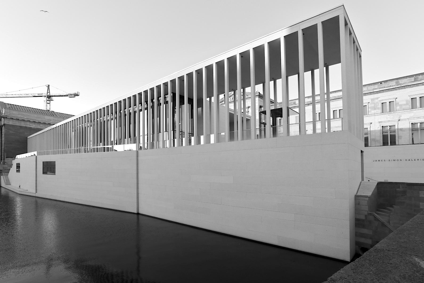 James-Simon-Galerie. Bauherr: Stiftung Preußischer Kulturbesitz, vertreten durch das Bundesamt für Bauwesen und Raumordnung. Architekt: David Chipperfield Architects, Entwurf: Alexander Schwarz.