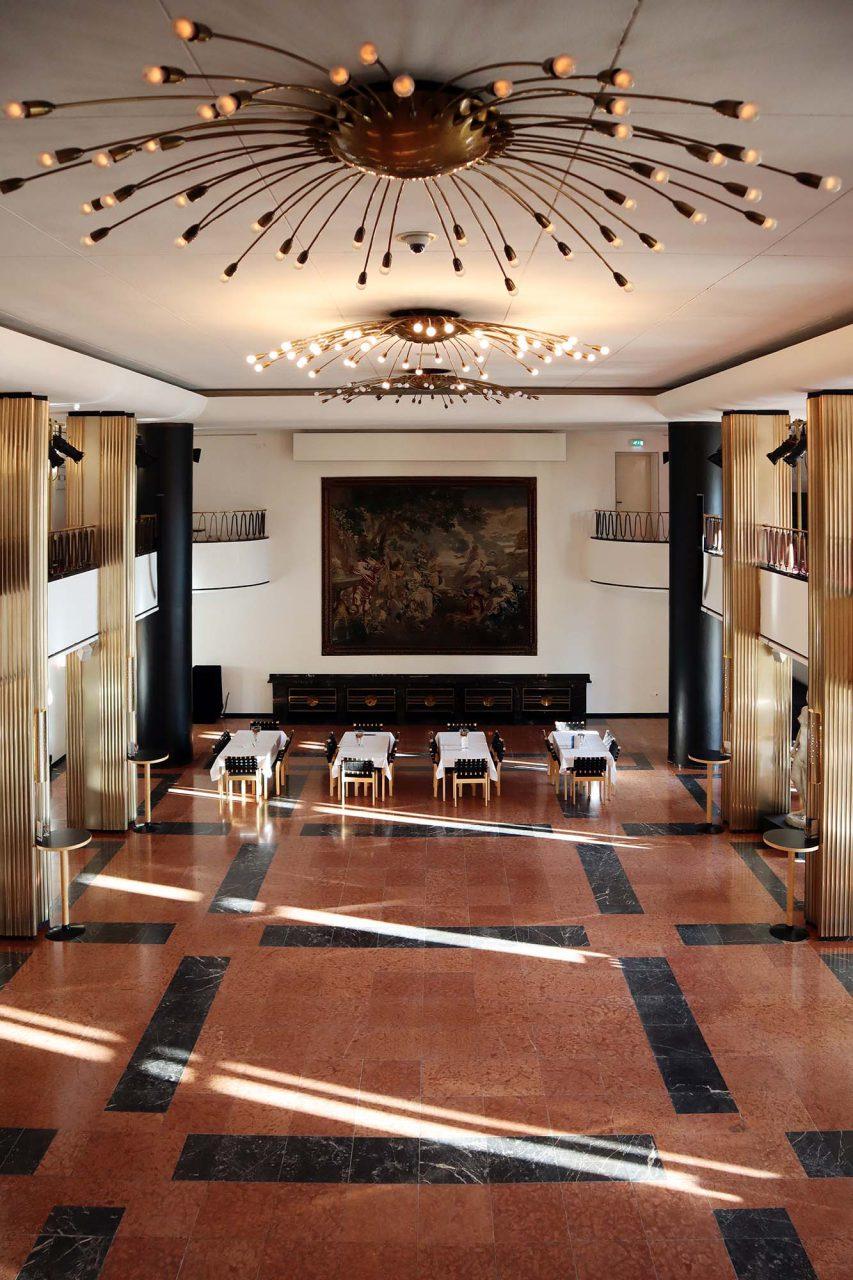 Theater Duisburg. Beim Wiederaufbau war der Düsseldorfer Architekt Emil Fahrenkamp künstlerischer Berater. Sein bekanntester Bau ist das 1932 fertiggestellte Shell-Haus in Berlin.