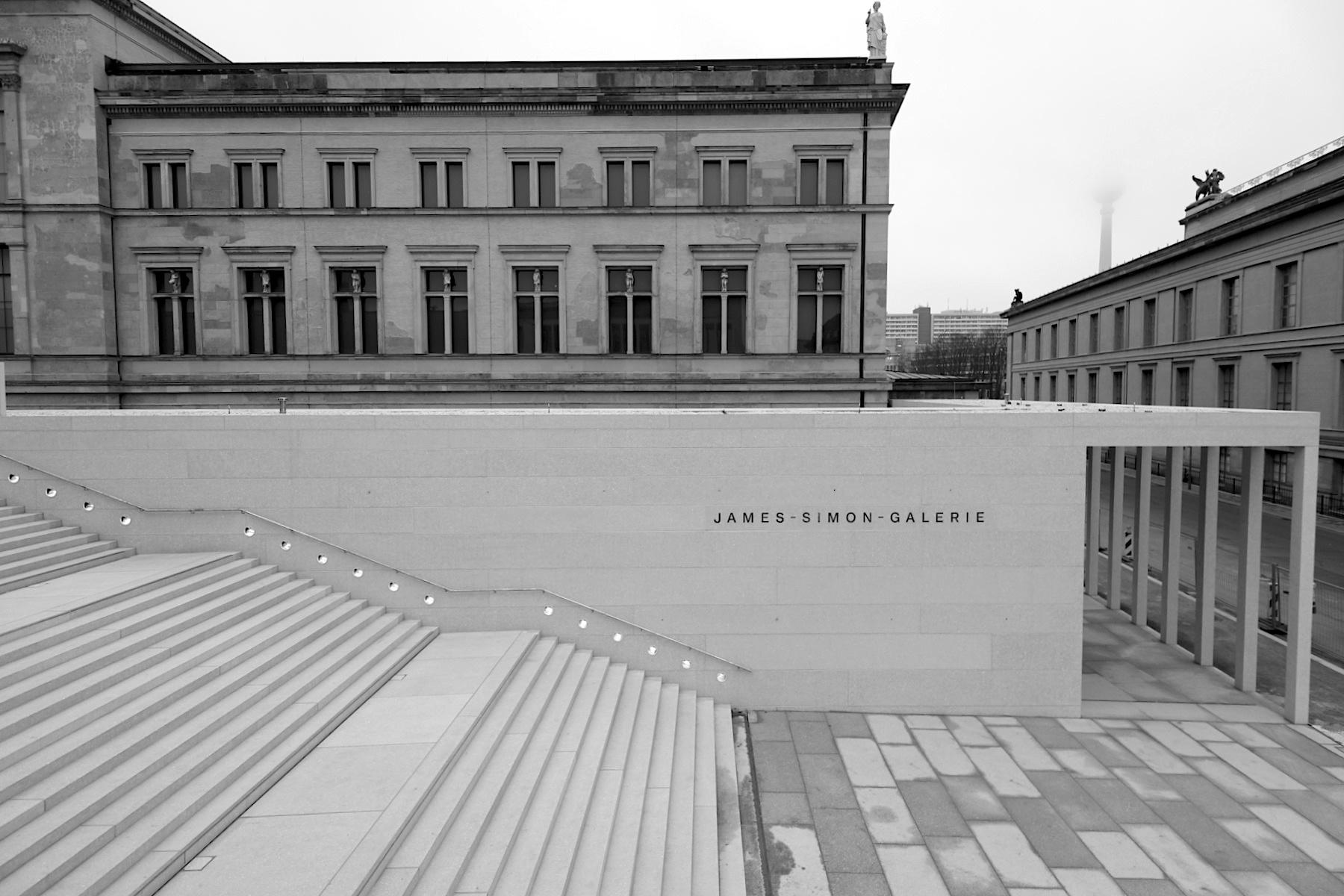 James-Simon-Galerie. Landschaftsarchitekten: Levin Monsigny Landschaftsarchitekten, Berlin. Bruttogrundfläche: rund 10.900 Quadratmeter, Nutzfläche: rund 4.600 Quadratmeter. Gesamtkosten: 134 Millionen Euro.
