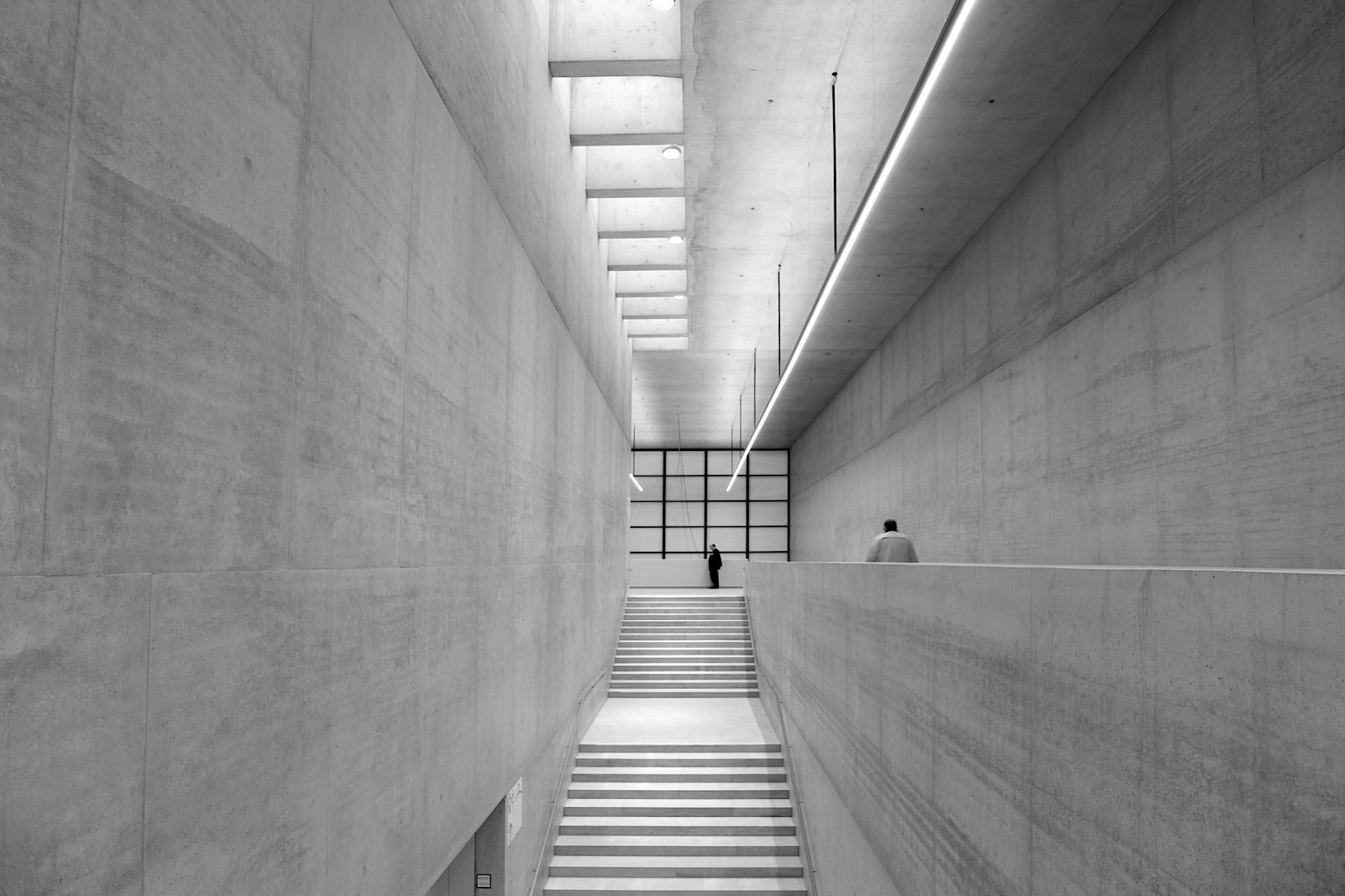James-Simon-Galerie. Im Inneren prägen Sichtbetonwände und ...