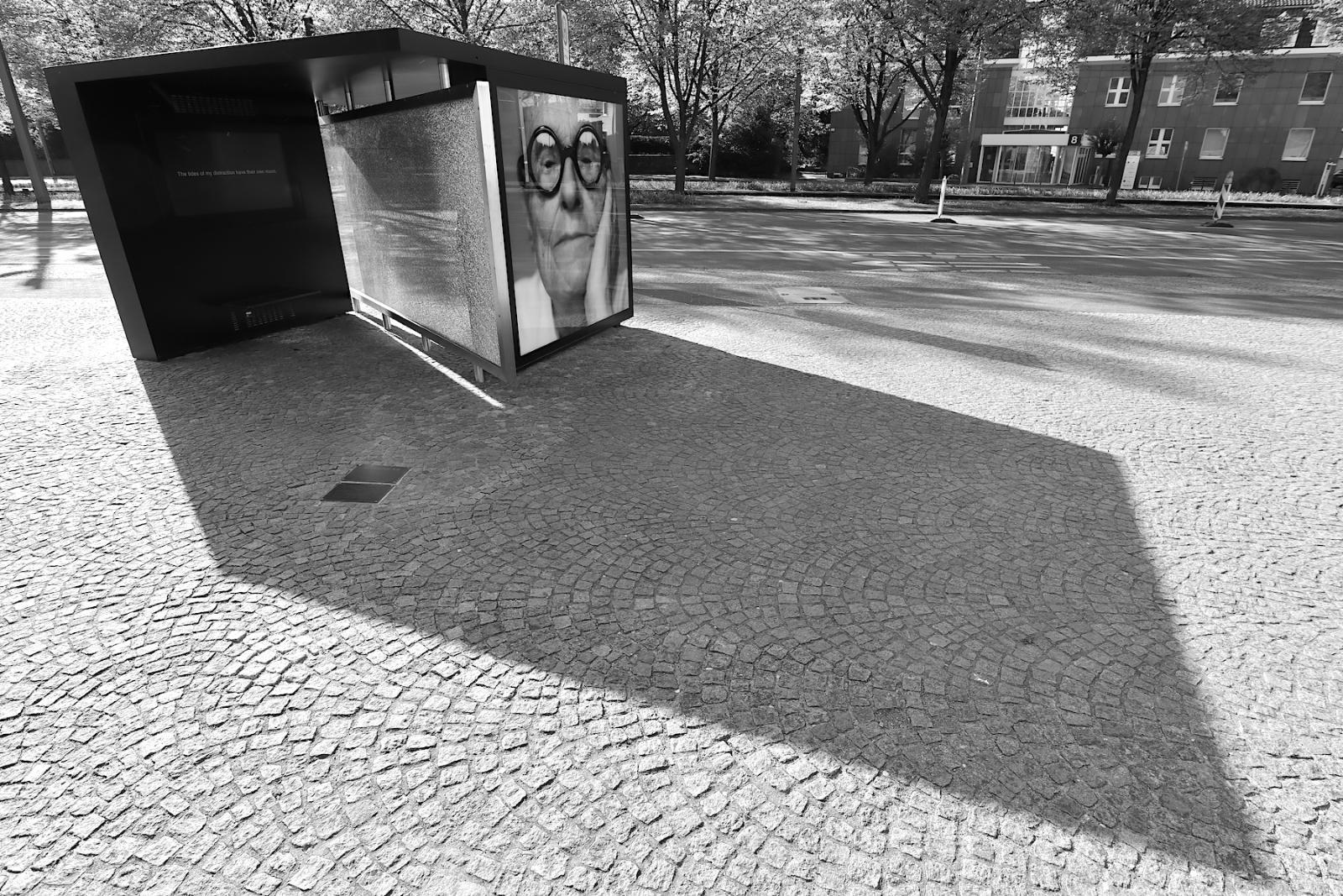Bus Shelter XII Shattered Glass / The Confessions of Philip Johnson. Wie geht die Stadt mit ihrer Kultur um? Auch das eine Interpretation der Installation vor der Kunsthalle Bielefeld. Das von Pritzker-Preisträger Philip Johnson entworfene Gebäude wurde 2018 50 Jahre alt.