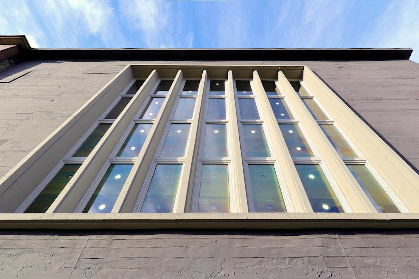 """Kunsthalle Recklinghausen. An der Fassade war bis zum Frühjahr 2019 die Lichtinstallation """"talk to me"""" des Kölner Künstlers Jan Hoeft zu sehen."""