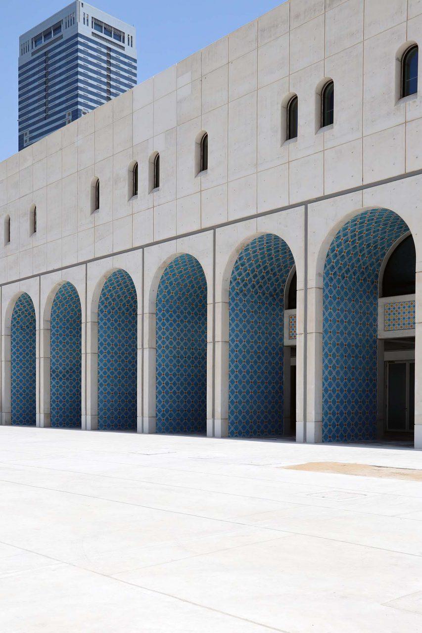 Cultural Foundation. Der imposante, monochrome Bau wirkt vor allem im Zusammenspiel von Sonnenlicht und Schatten.
