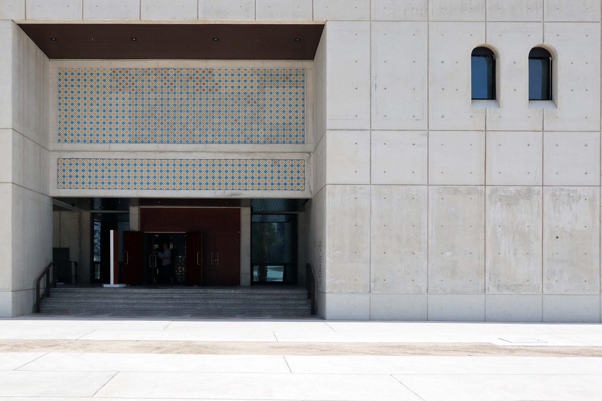 Cultural Foundation. Weißer Beton kontrastiert ...