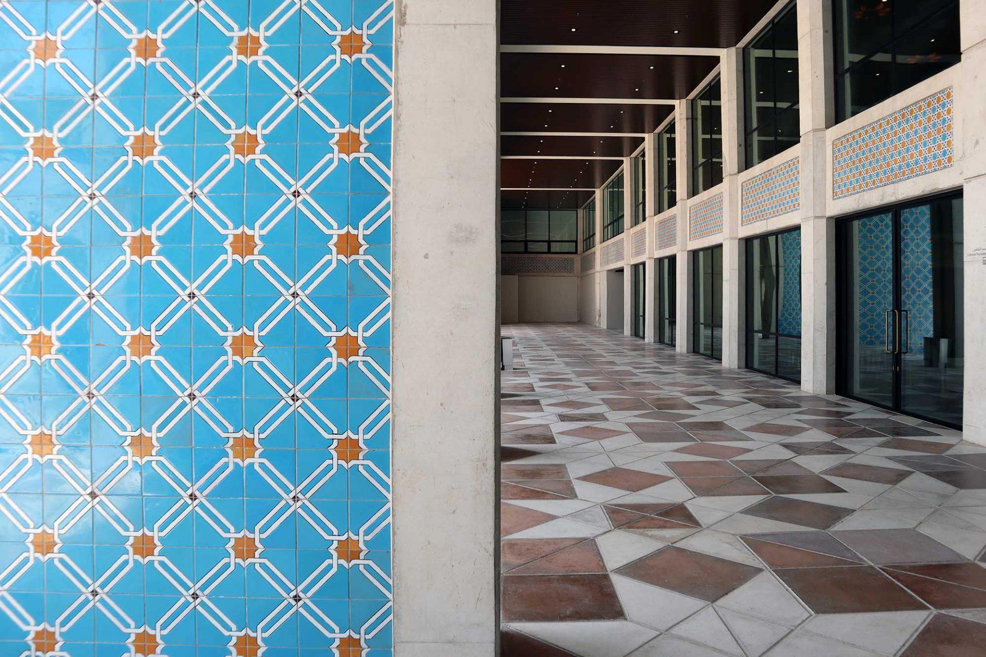 Cultural Foundation. ... mit geschnitzten Türen, glasierten Ziegeln und geometrischen Mustern an Decken, Wänden und Böden.