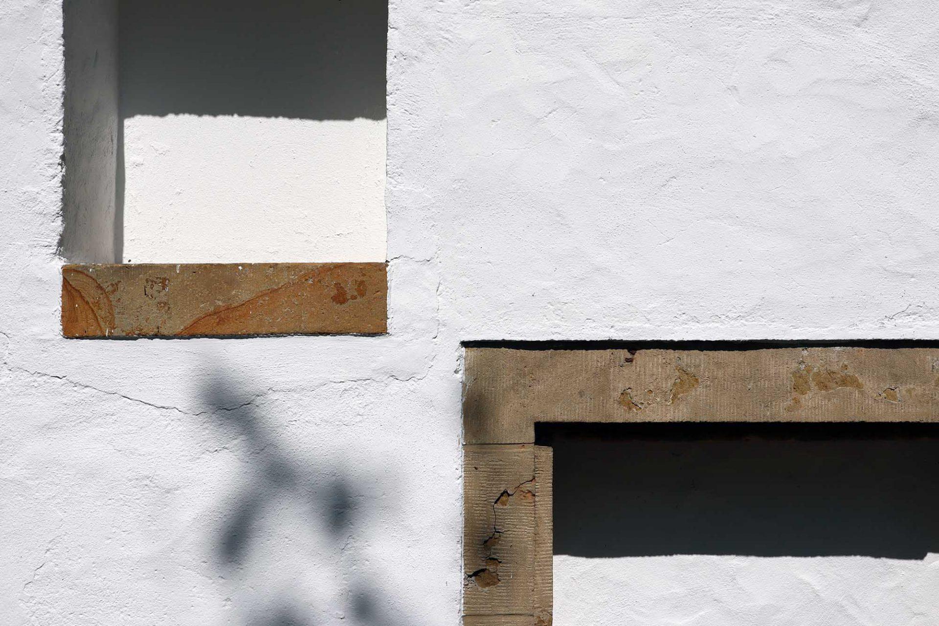Bielefelder Kunstverein. Die schlichte Fassade besteht aus Putzflächen und Sandsteinelementen ...