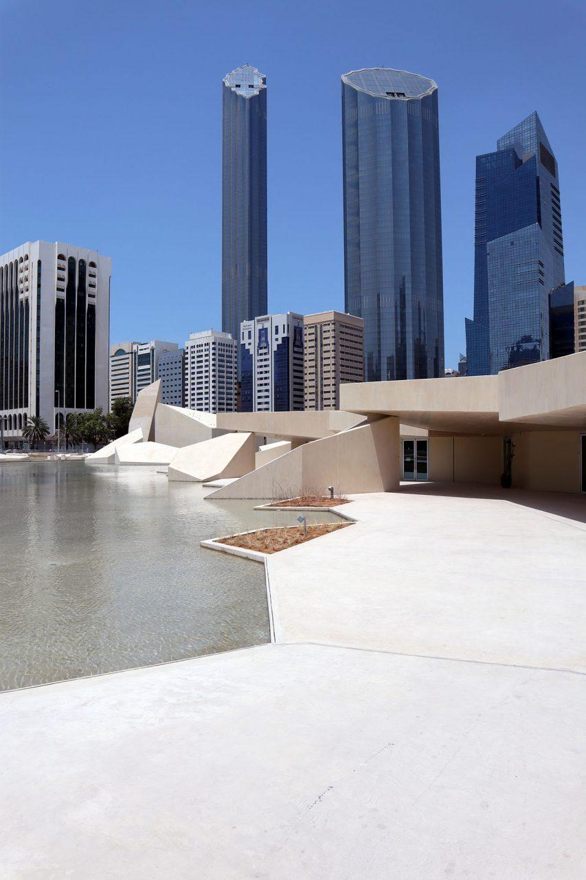 Park Qasr Al Hosn. Wie ein rissig gewordener, trockener Boden brechen die Oberflächen und türmen sich auf.
