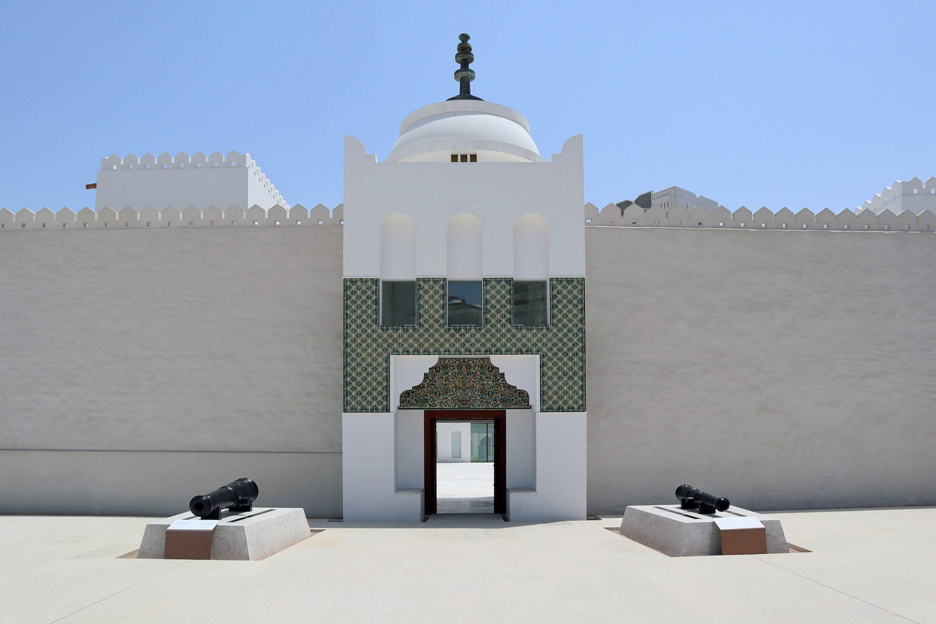 Qasr Al Hosn. Schichten aus modernem Putz und Gips wurden sorgfältig abgetragen, um das ursprüngliche Mauerwerk wieder freizulegen.