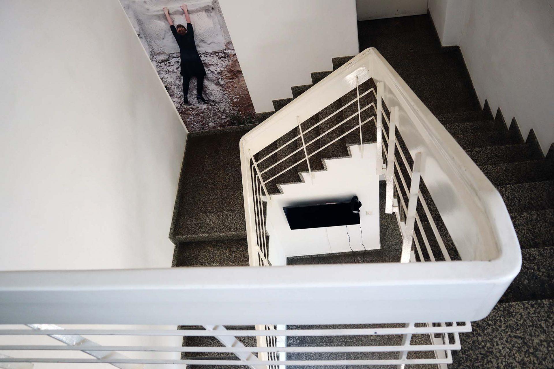 Bayerwaldzyklus Peter Haimerl. Architektur.. Auch im Treppenhaus findet sich inszenierte Architekturfotografie von beierle.goerlich.