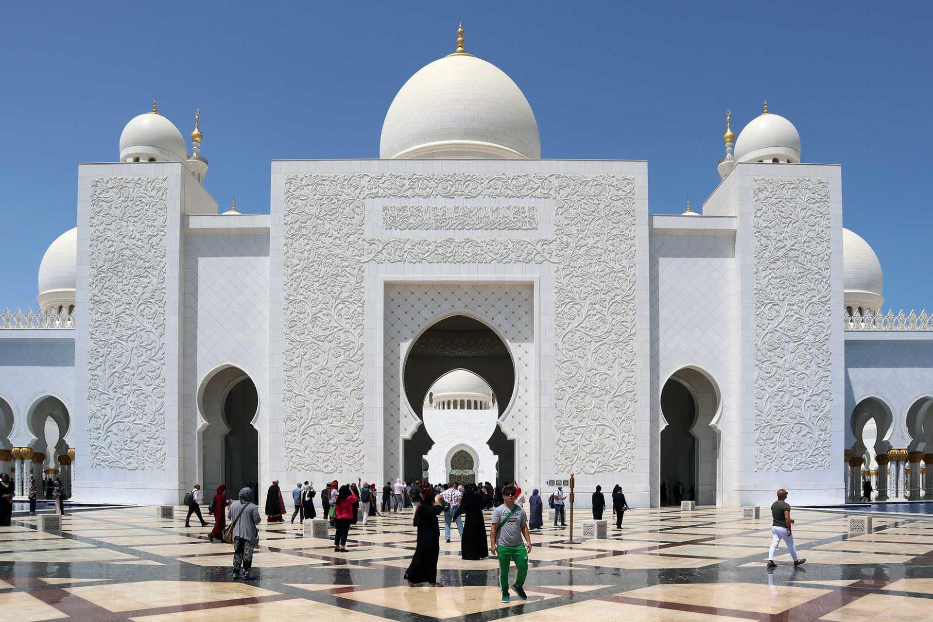 Scheich-Zayed-Moschee. Das architektonische Kunstwerk ist eine der größten Moscheen der Welt und ...