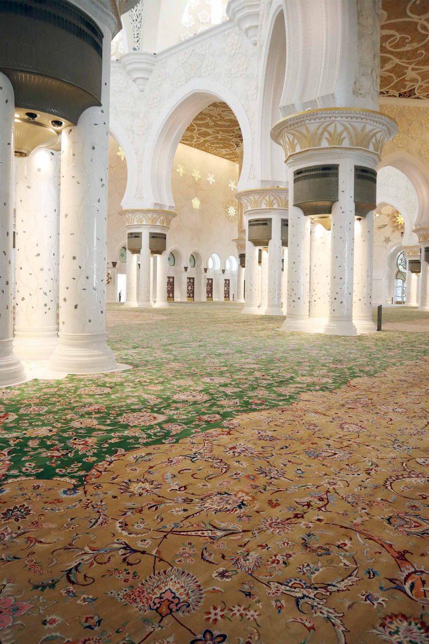 Scheich-Zayed-Moschee. ... hat Platz für 40.000 Gläubige. Weitere Merkmale: 82 Kuppel, mehr als 1.000 Säulen und Kronleuchter mit 24-karätigem Gold und den weltgrößten handgeknüpften Teppich.