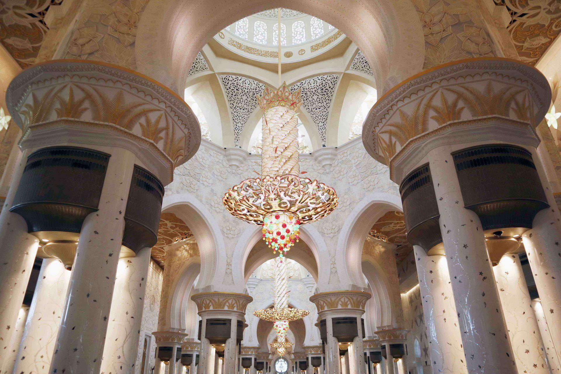 Scheich-Zayed-Moschee. In der zentralen Gebetshalle hängt eine der größten Kronleuchter der Welt mit einem Durchmesser von zehn Metern und einer Höhe von 15 Metern wiegt er zwölf Tonnen.