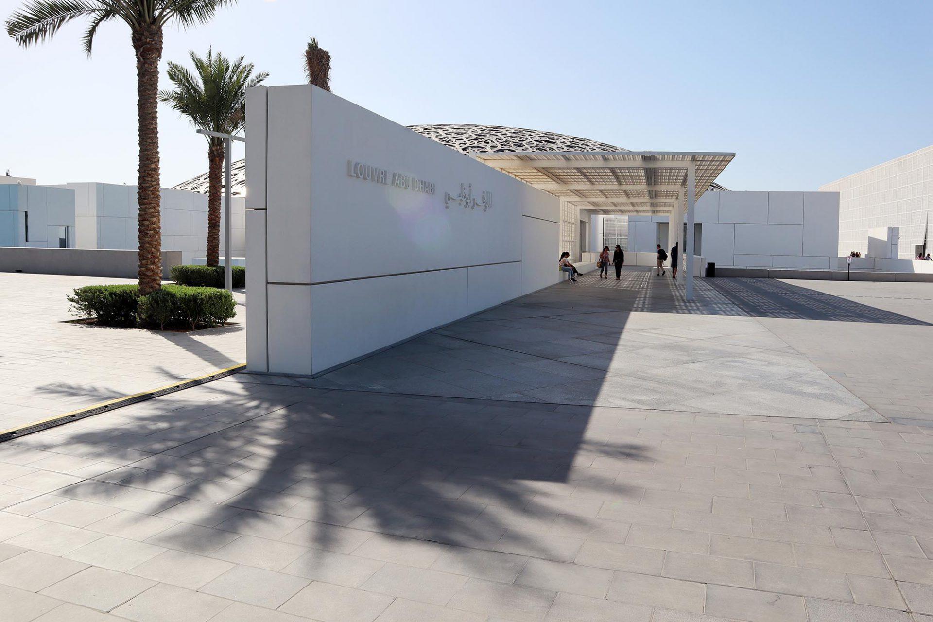 Louvre Abu Dhabi. Hinzu kommen fast 560 Millionen Euro Leihgebühren für Exponate und Ausstellungen aus den Pariser Kunsthäusern Louvre, Musée d'Orsay und Centre Pompidou.