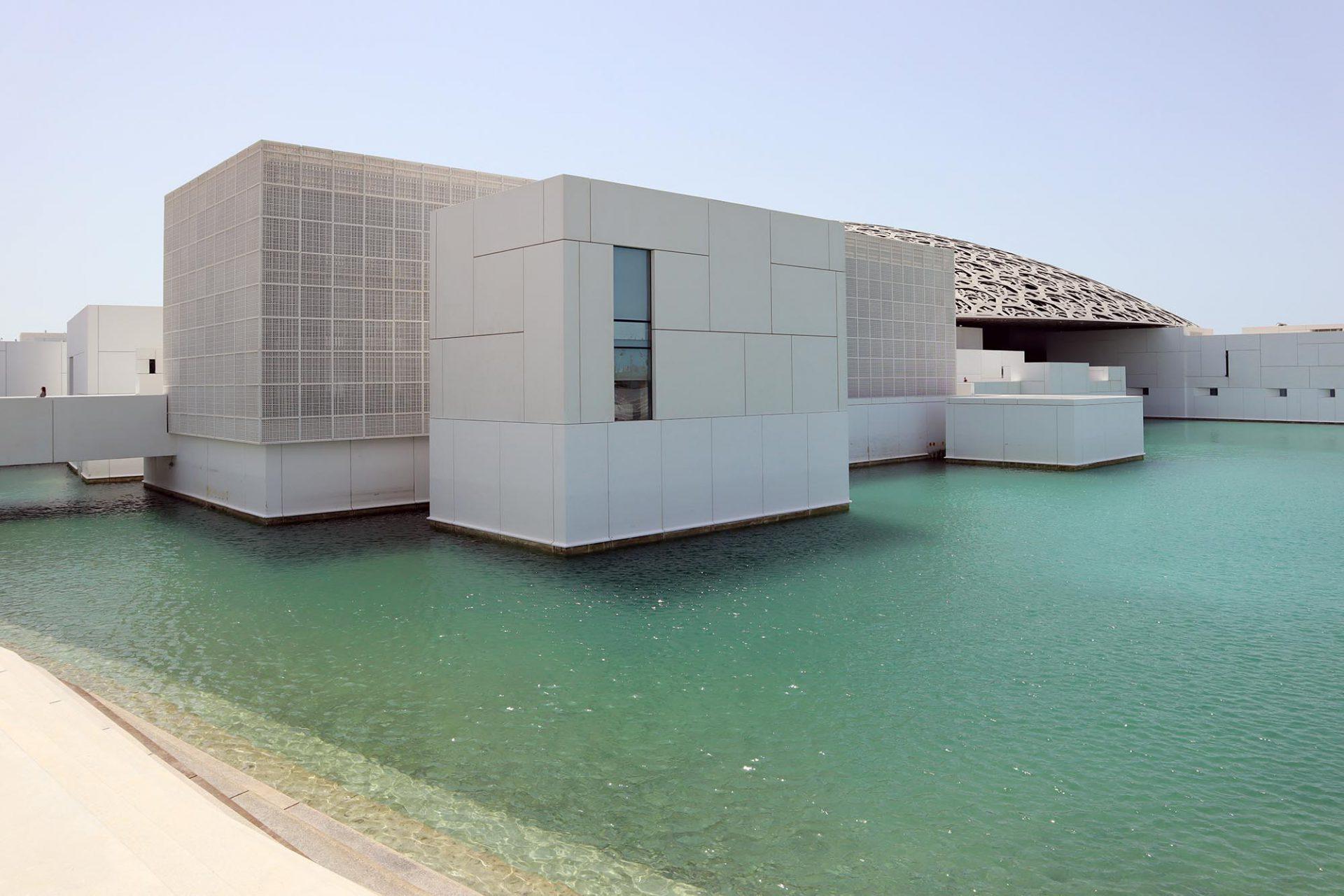 Louvre Abu Dhabi. Für die 30 Jahre geltende Nutzung der Louvre-Namensrechte zahlte Abu Dhabi 400 Millionen Euro.