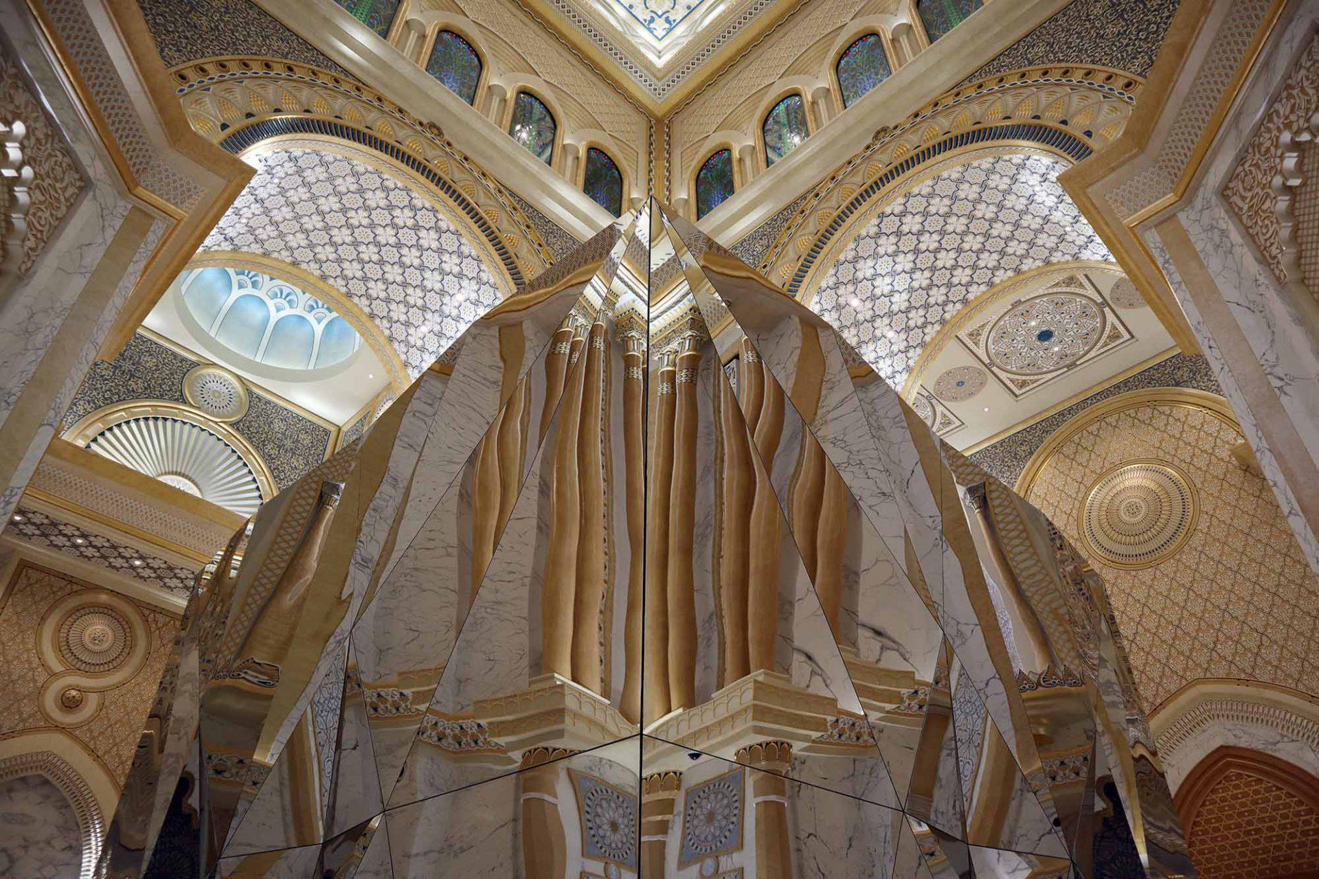 Qasr Al Watan. Kristallin anmutende, begehbare Installationen in der Großen Halle ...