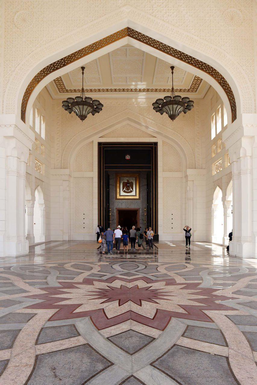 """Qasr Al Watan. Qasr Al Watan oder auch """"Palast der Nation"""", ist ein Teil des Präsidentenpalastes und bietet einen Einblick in die höfische Welt der Regenten."""