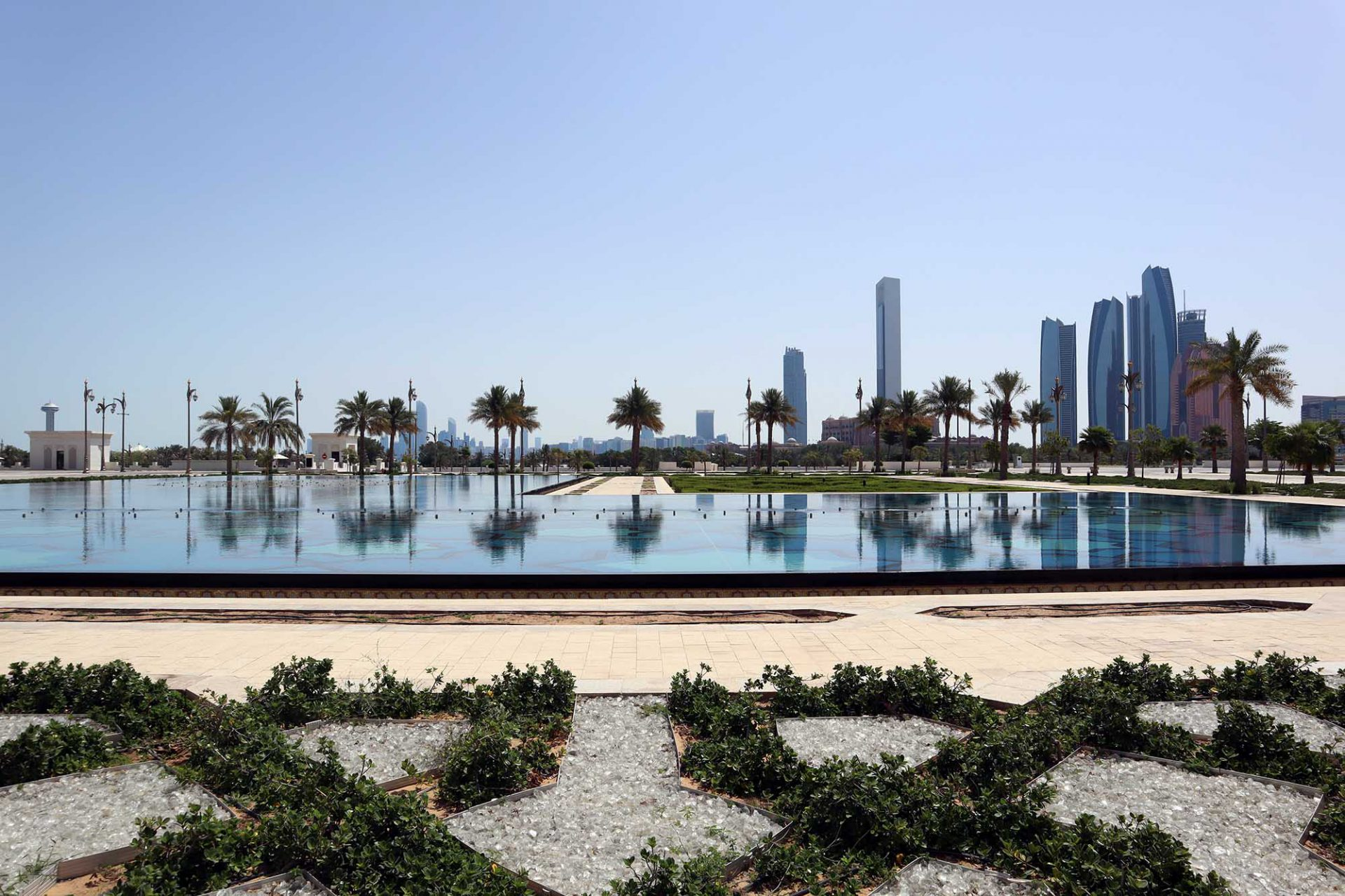 Silhouette. an der Spitze der Insel Abu Dhabi, der Hauptstadt eines Landes, das innerhalb einer Generation eine Turbotransformation hingelegt hat.