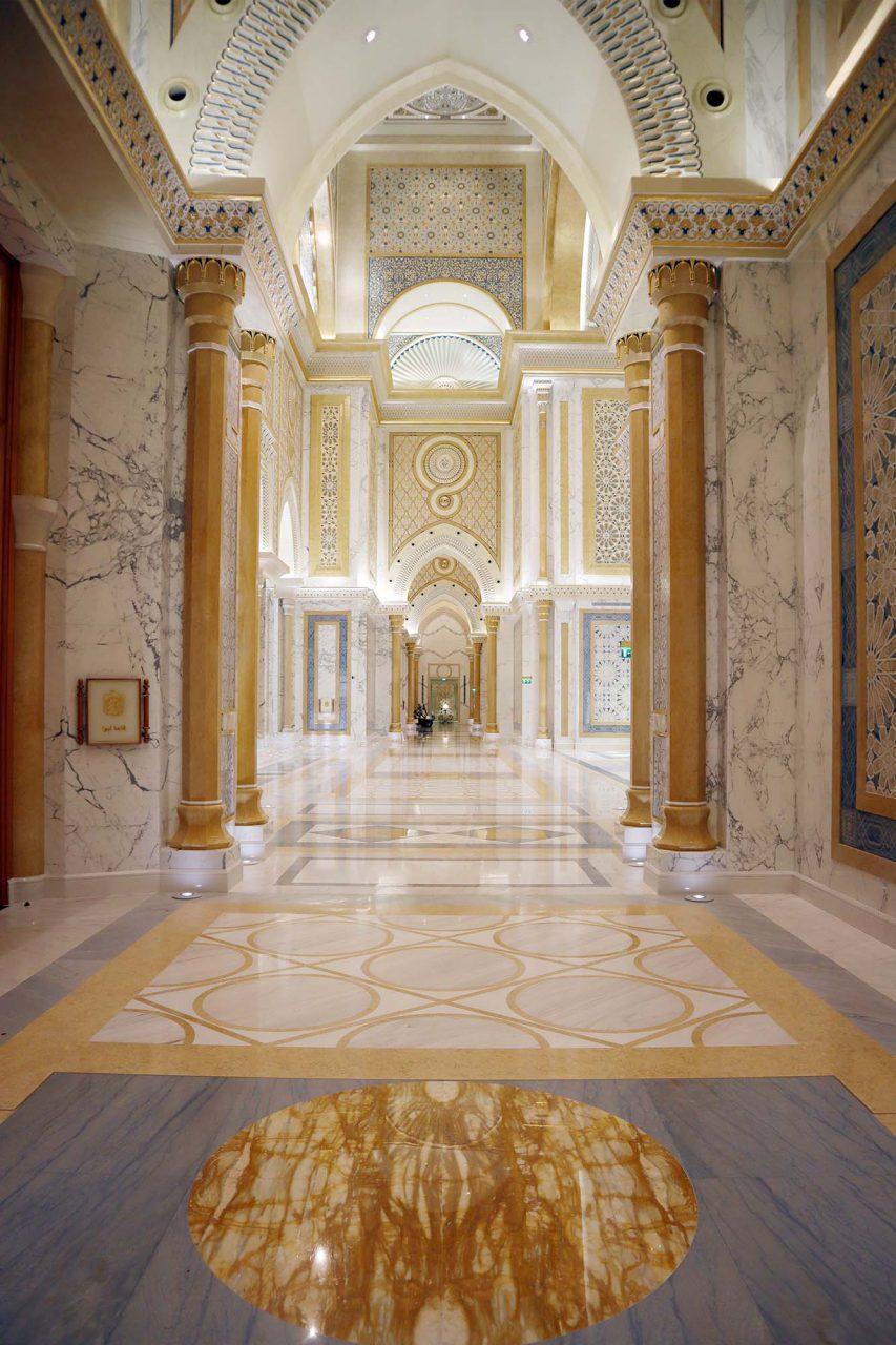 Qasr Al Watan. Hier werden offizielle Staatsbesuche abgehalten und Staats- und Regierungschefs aus der ganzen Welt empfangen. Hier befinden sich zudem die offiziellen Büros des Präsidenten, des Vizepräsidenten und des Kronprinzen von Abu Dhabi.
