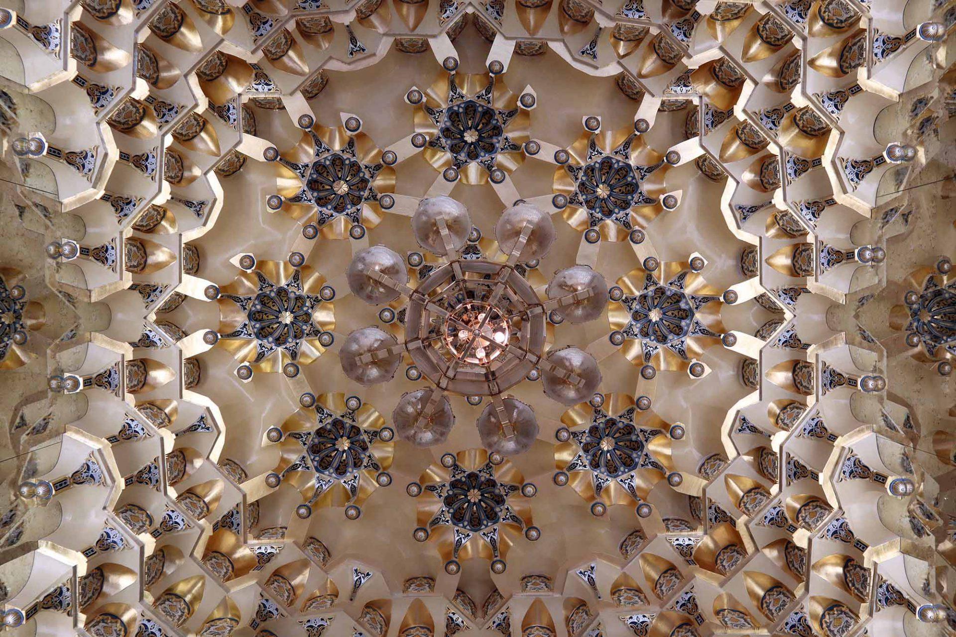 Qasr Al Watan. ... beherbergen Mini-Ausstellungen über die Kunst, das Handwerk und die Architektur des Palastes. Ein gutes Wechselspiel aus der Gravität des Baus und moderner Kunstform.