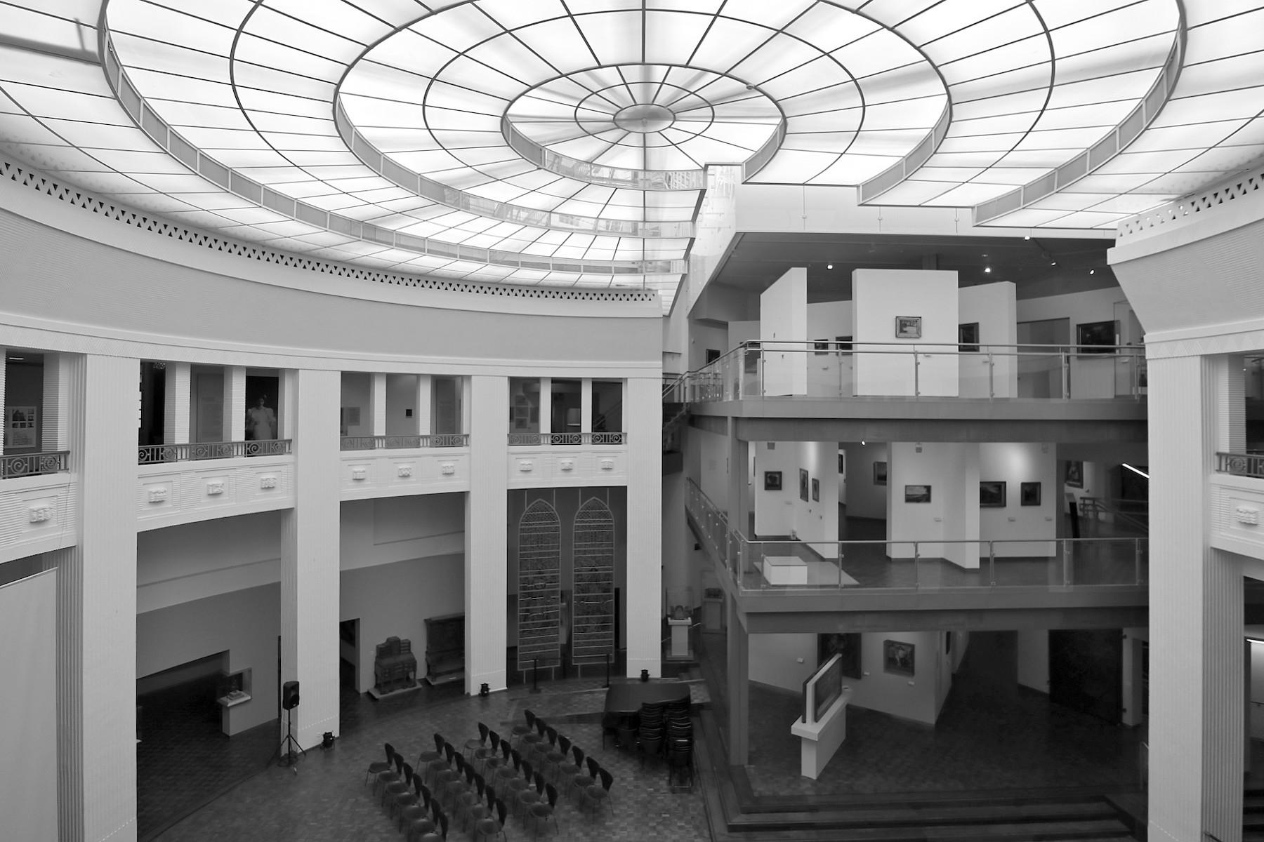 Museum für Kunst und Kunstgeschichte. Entwurf: Hugo Steinbach. Fertigstellung: 1924. Einst Städtische Sparkasse. Das Art-Déco-Gebäude wurde zum Museum umgebaut (Architekt Werner Lehmann) und von 1997–1999 neu strukturiert (von Würth und Winderoll).