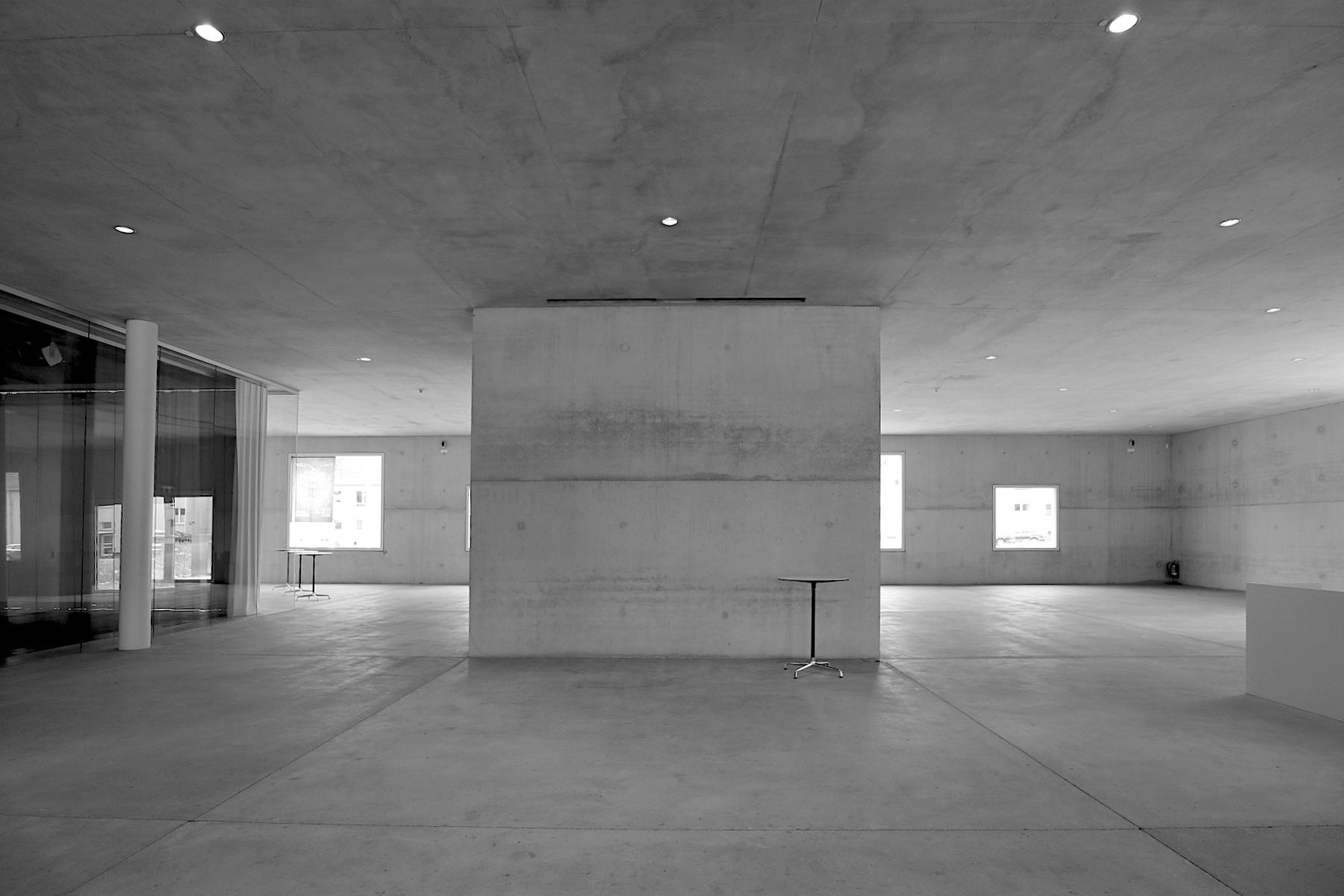 SANAA Gebäude. Kazuyo Sejima and Ryue Nishizawa gründeten ihr Büro 1995 und erhielten 2010 den wichtigsten Architekturpreis der Welt: den Pritzker-Preis. Eine Ehrung auch für ihre Arbeit am 34 Meter hohen Kubus, dessen Gestaltungsprinzipien sich an den Vorstellungen der Modernisten anlehnt.