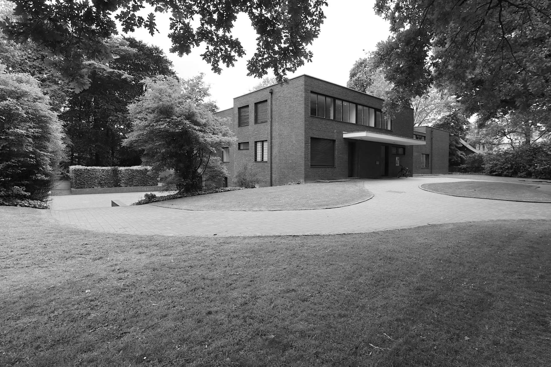 Haus Lange. Die Direktorenvillen Haus Lange und Haus Esters wurden nach den Plänen von Mies van der Rohe zwischen 1927 und 1930 errichtet.
