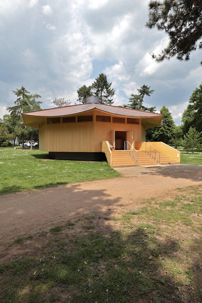 Krefeld Pavillon. von Thomas Schütte. Der Düsseldorfer Künstler schuf den achteckigen Holzbau mit geschwungenem Kupferdach als begehbare Skulptur und Veranstaltungsort.