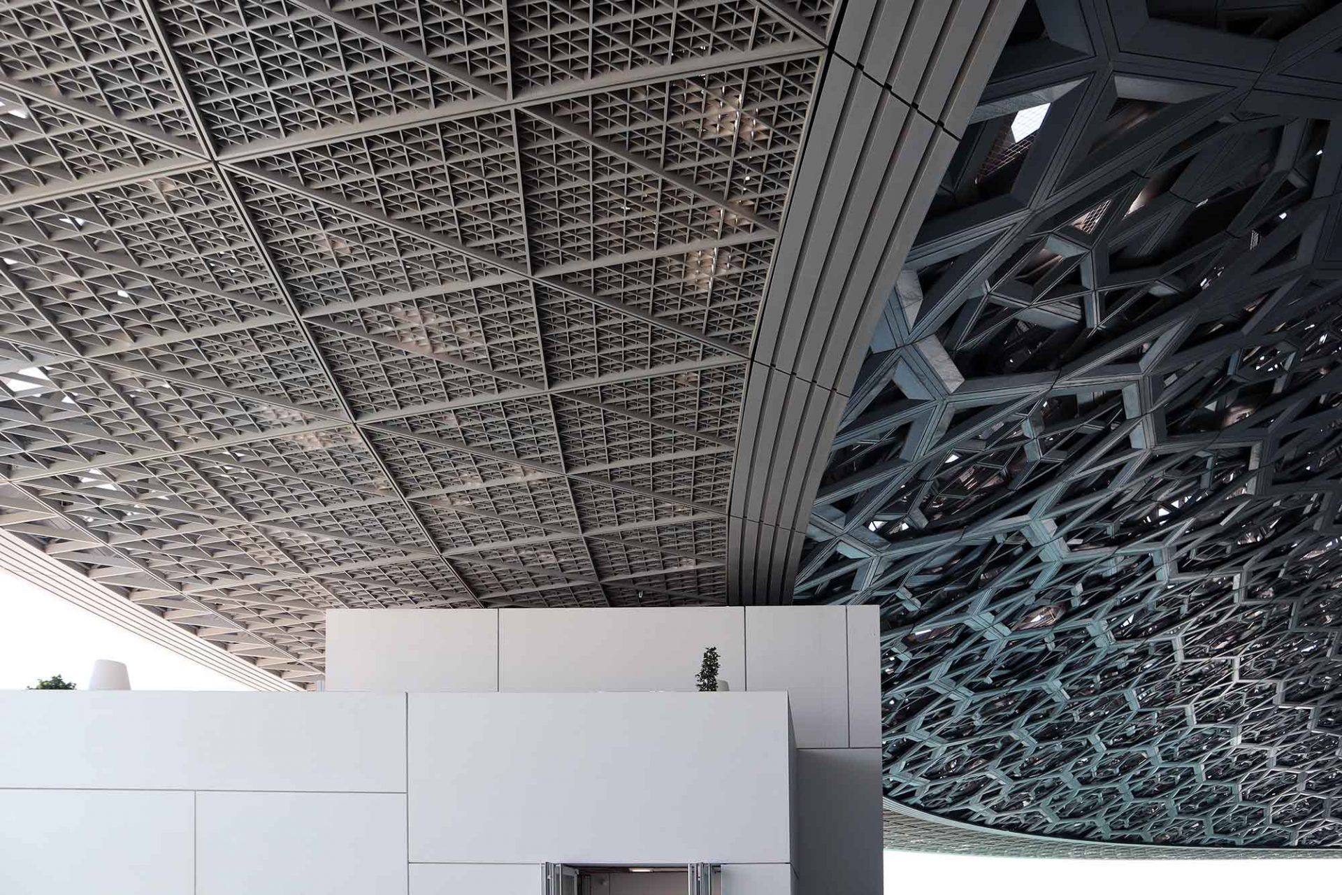 Louvre Abu Dhabi. ... wiegt 7.500 Tonnen. Eine Stahlkonstruktion mit einer Edelstahl-Aluminiumverkleidung bestehend aus ...