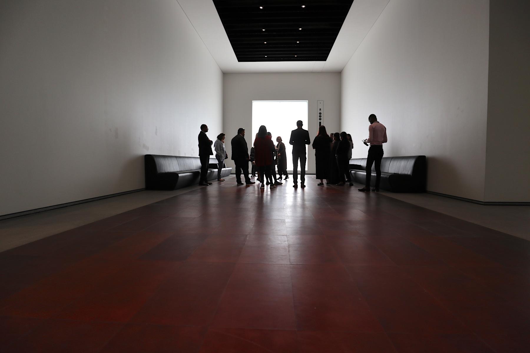 Louvre Abu Dhabi. Die bebaute Fläche beträgt 87.000 Quadratmeter, davon entfallen über 9.000 auf Galerieflächen. Insgesamt besteht die Museumsstadt aus 56 Einzelbauten.