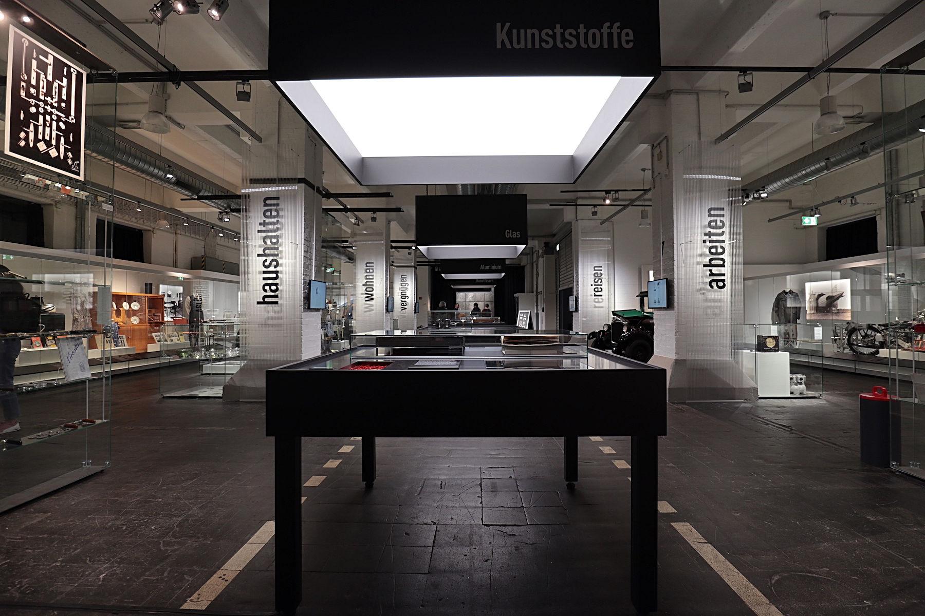 """LVR Industriemuseum Peter-Behrens-Bau. Die Sonderschau """"nützlich & schön – Produktdesign von 1920–1940"""". Ausstellungen sind ein wichtiges Element für das Verbundprojekt """"100 jahre bauhaus im westen""""."""