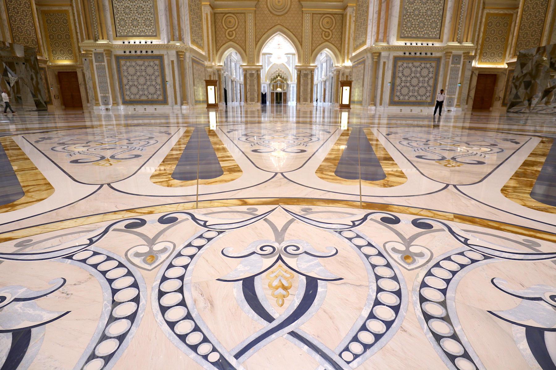 Qasr Al Watan. Die Große Halle ist das Herzstück des Palastes mit einer gewaltigen Kuppel.