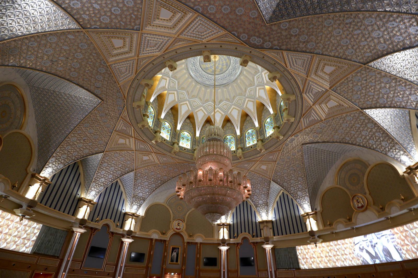 """Qasr Al Watan. Im Saal """"Spirit of Collaboration"""" tagen der Oberste Rat und das Kabinett der Vereinigten Arabischen Emirate. Er ist zudem der Ort für offizielle Gipfeltreffen."""