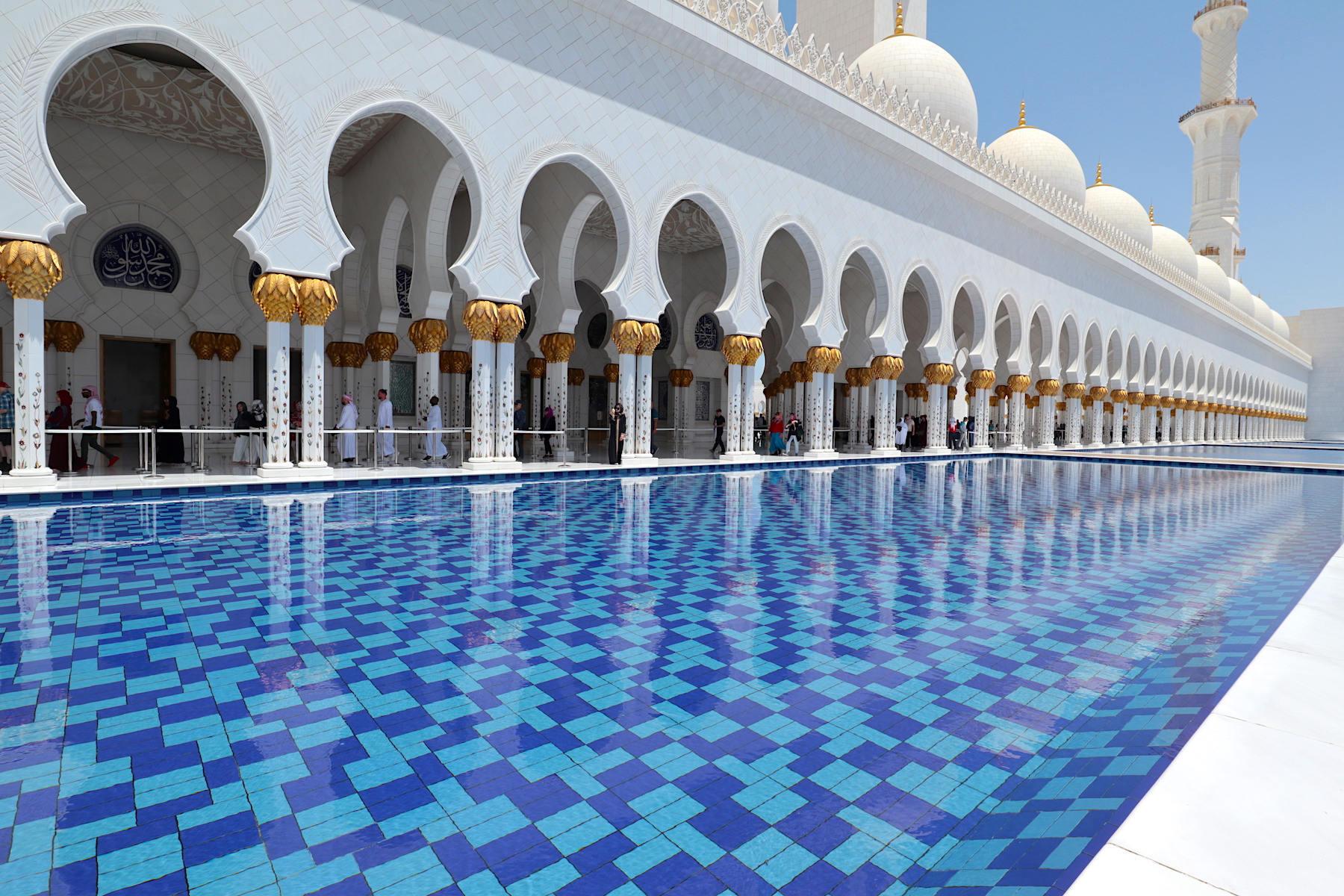 Scheich-Zayed-Moschee. Über 50 Architekten, Künstler und Designer aus mehreren Dutzend Ländern formten die größte Moschee der Vereinigten Arabischen Emirate