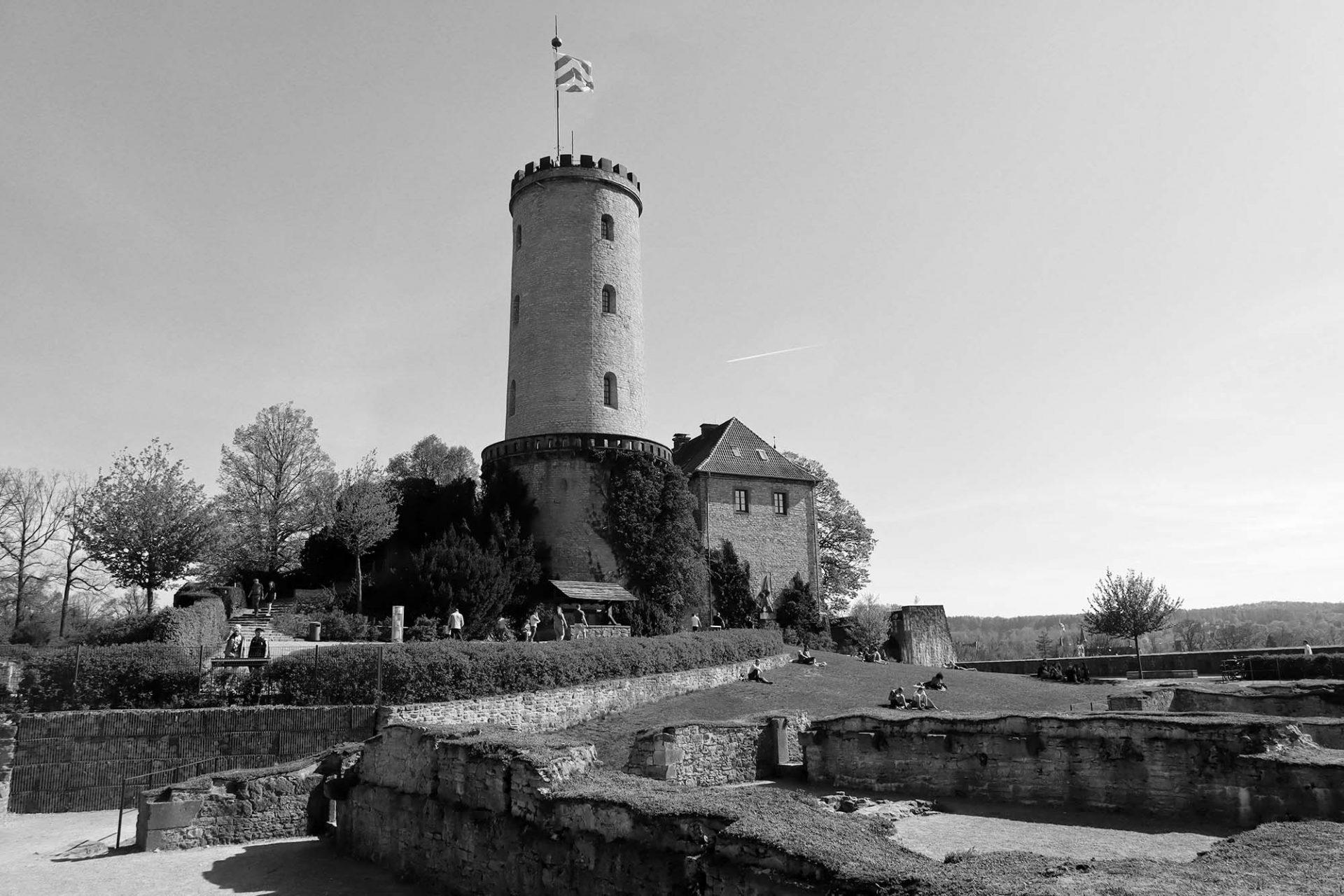 Sparrenburg. Die mittelalterliche Festung thront auf dem 180 Meter hohen Sparrenberg im Teutoburger Wald. Die Anlage geht im Wesentlichen auf das 16. und 19. Jahrhundert zurück.