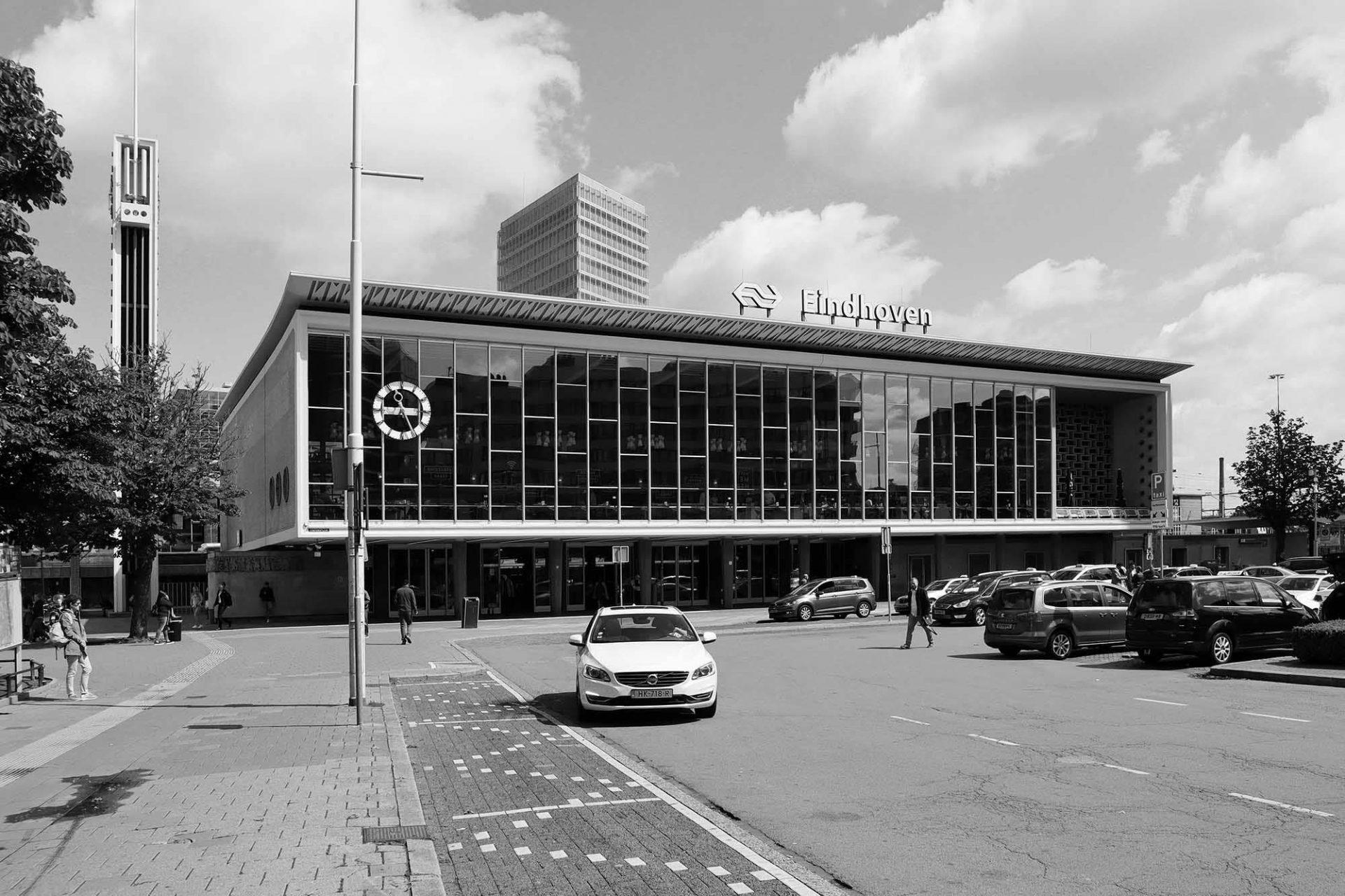 Bahnhof. Der Eindhovener Bahnhof entstand 1956 nach Plänen von Koen van der Gaast. Ein Philips-Radio war sein Vorbild.