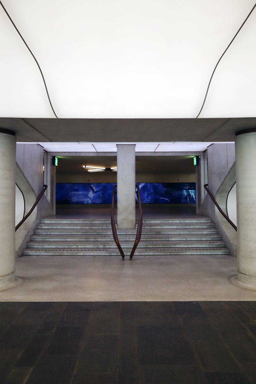 Bahnhof. Im schwungvollen Tunnel ist heute Kunstinstallation SPACE von Daan Roosegaarde zu sehen.