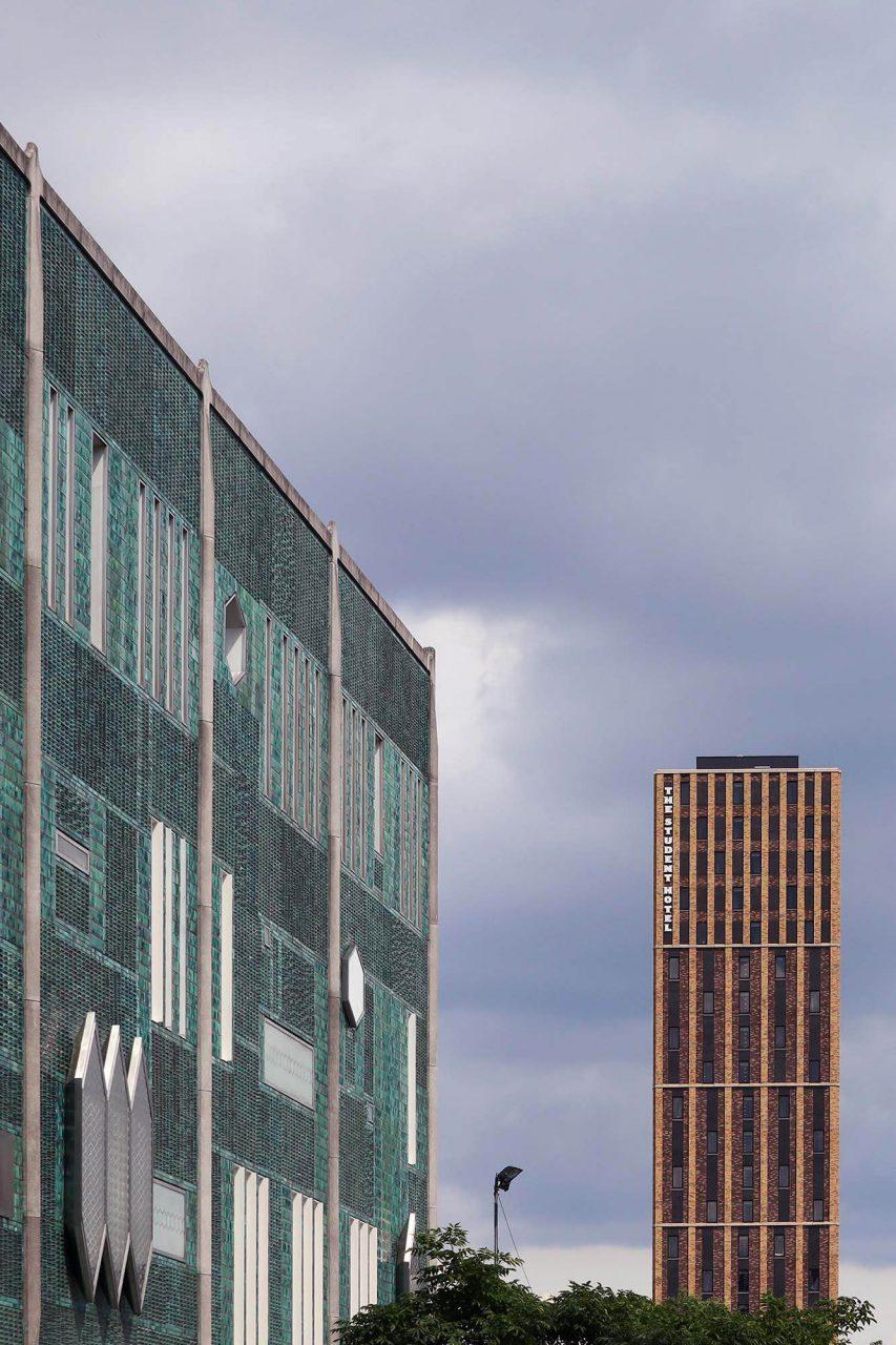 De Biejenkorf. Das Warenhaus mit seiner expressiven Keramikfassade entstand 1969 nach einem Entwurf des Mailänder Architekten und Designers Gio Ponti.